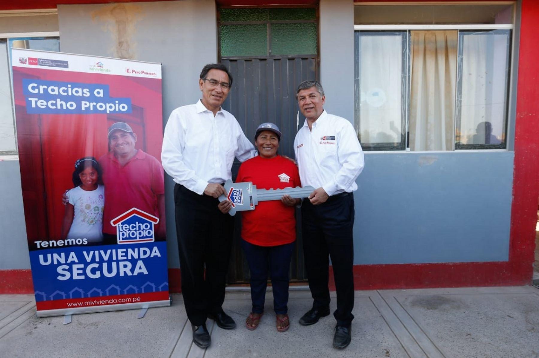 Presidente Martín Vizcarra y ministro de Vivienda, Construcción y Saneamiento, Miguel Estrada, entregan viviendas en Tacna. Foto: Cortesía.