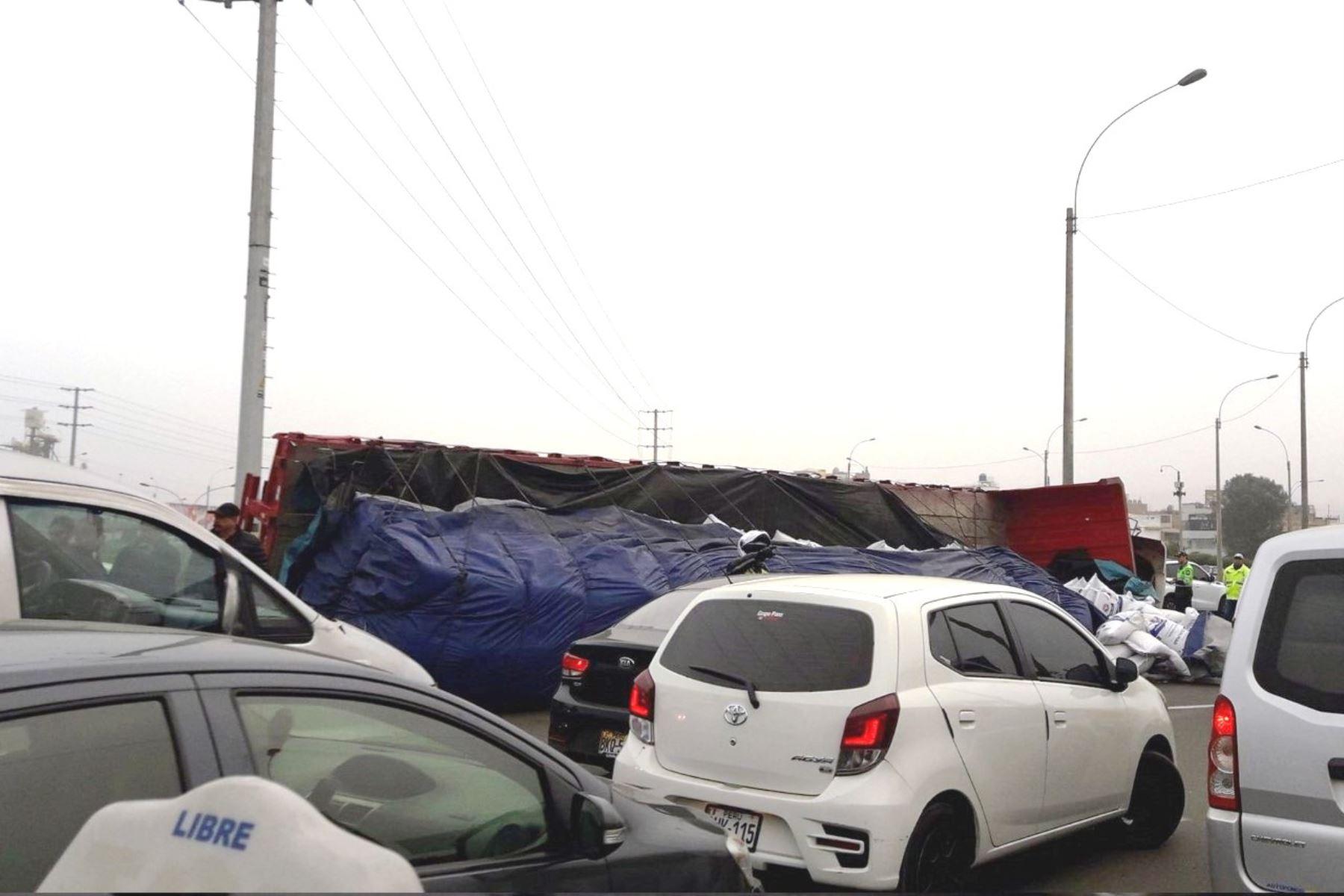 Los Olivos: camión se vuelca y genera congestión en el óvalo Naranjal. Foto: ANDINA/@Gerardo3cabrera