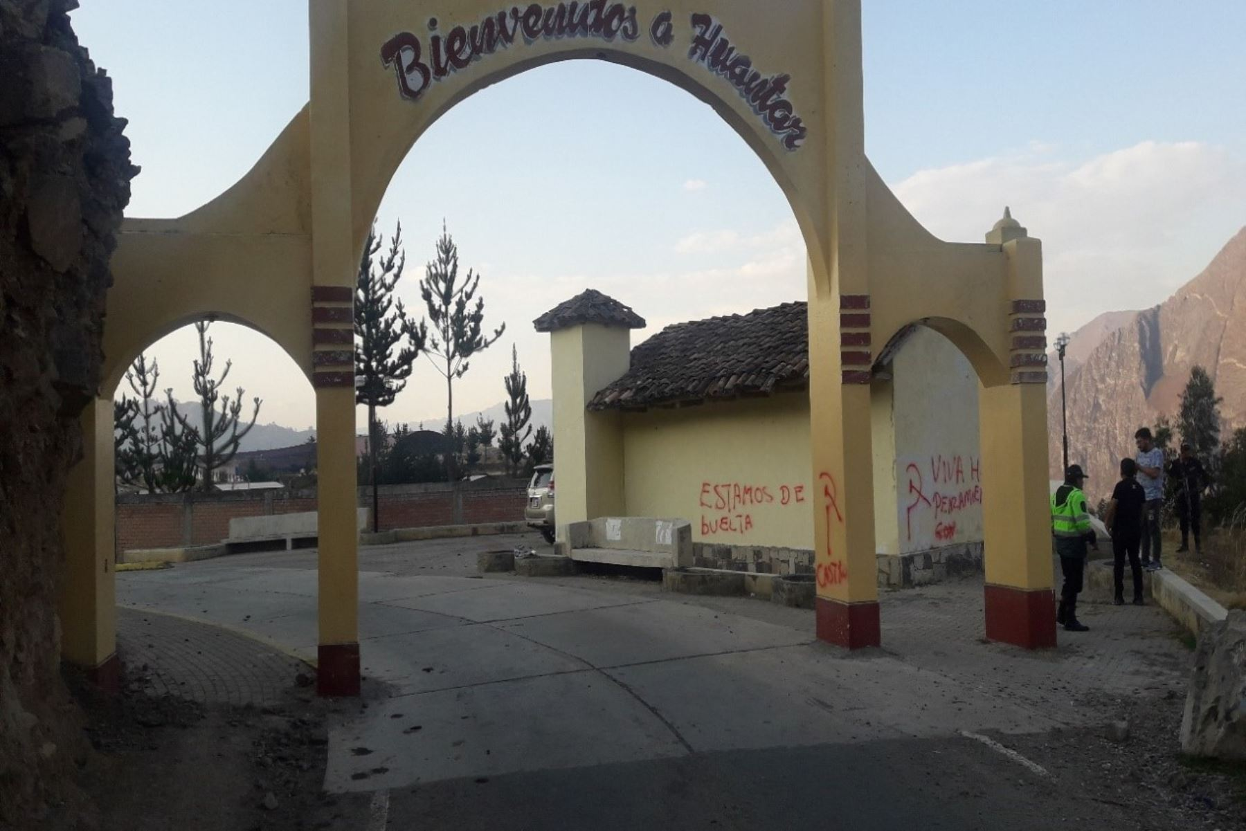 El arco que da la bienvenida al distrito de Huántar (Áncash) aparecieron pintas rojas con mensajes presuntamente subversivos.