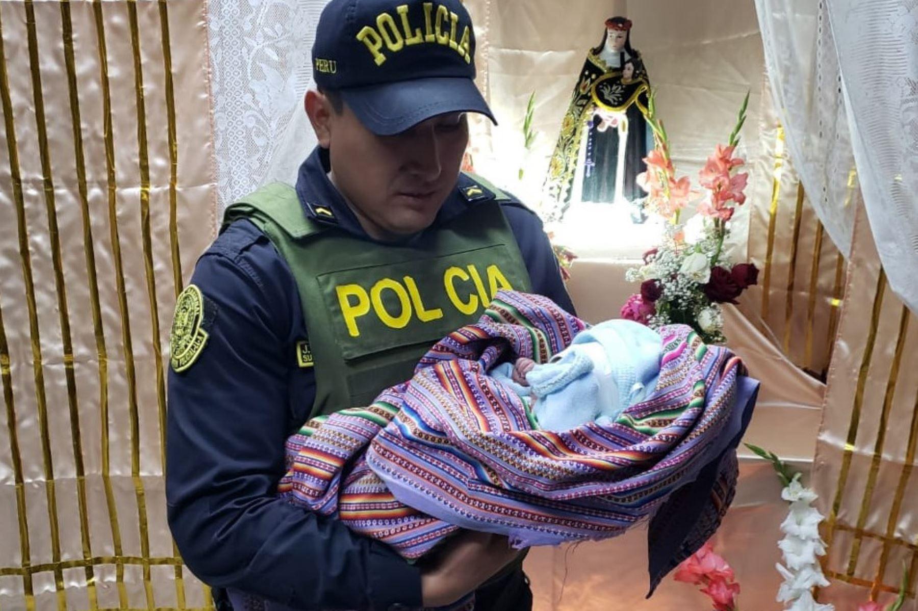 Policías rescataron a un bebé que fue abandonado en la puerta de la iglesia Cristo Rey del centro poblado de Monterry, en la provincia de Huaraz (Áncash).