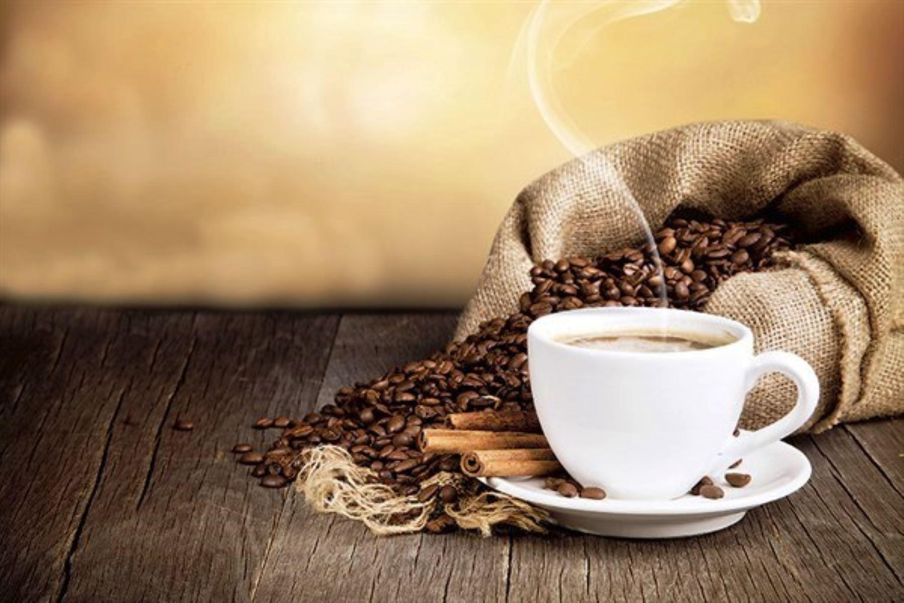 El café contiene un gran número de sustancias bioquímicamente activas que lo convierten en un gran revitalizante energético. Una de las más importantes y conocidas es la cafeína, pero además es una fuente considerable de antioxidantes beneficiosos para el organismo. ANDINA/archivo