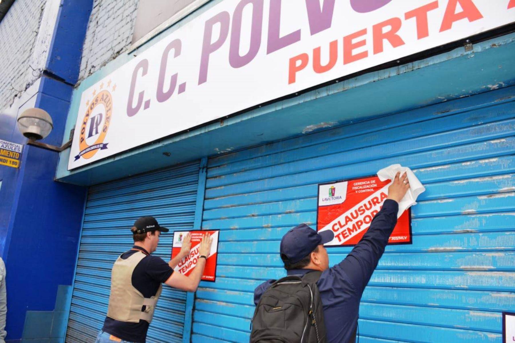 Clausuran el centro comercial Polvos Azules por riesgo alto
