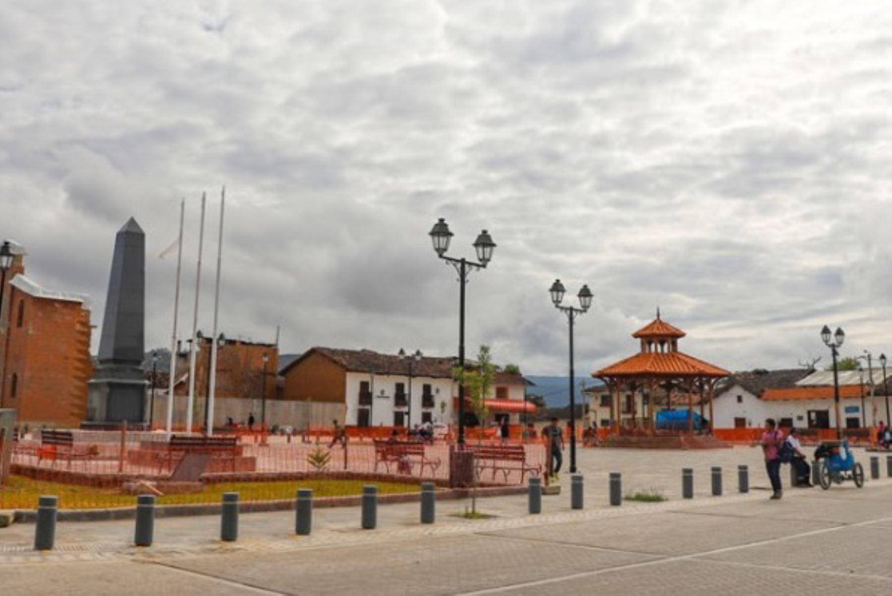 Plaza de Armas de la ciudad de Chachapoyas, capital del departamento de Amazonas y que forma parte de su centro histórico declarado en 1988 como Patrimonio Cultural de la Nación.