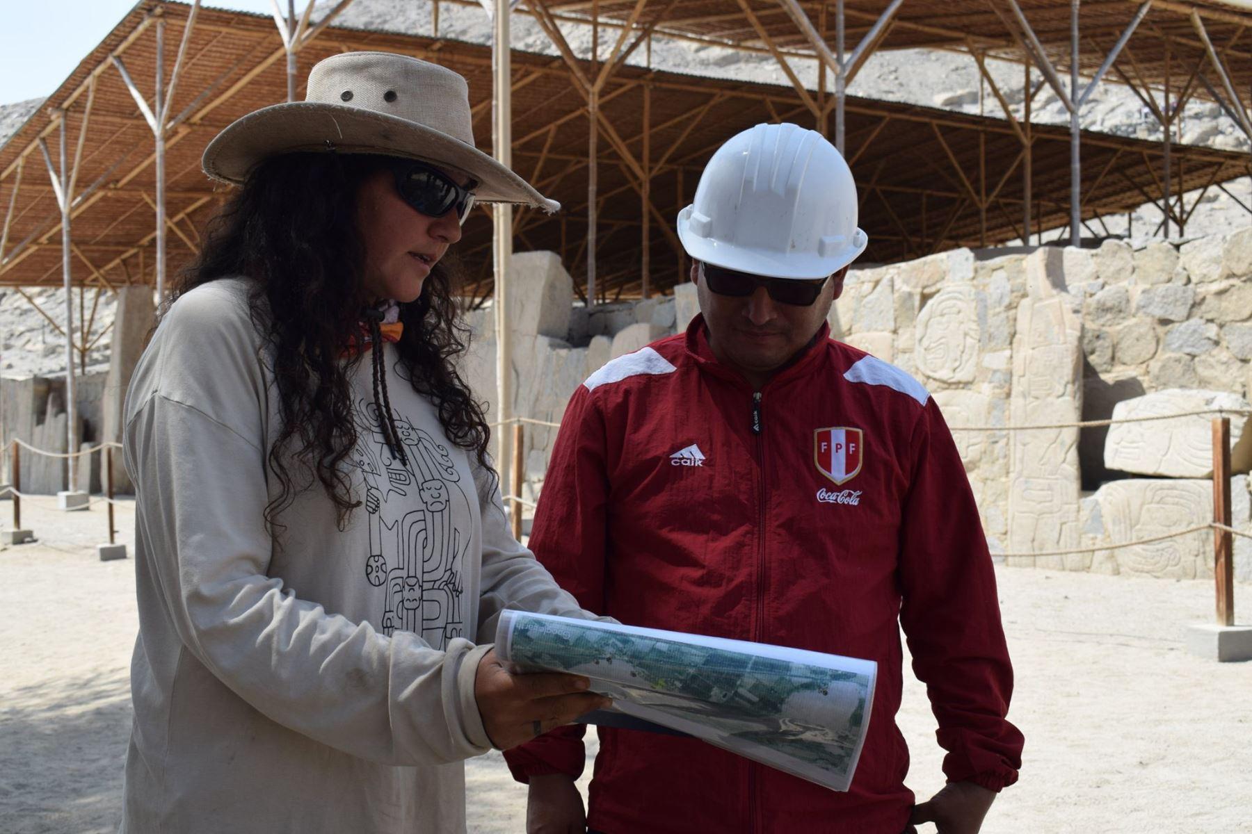La arqueóloga Mónica Suárez hizo un recorrido guiado al alcalde de Buena Vista, Hugo Pajito, por el sitio arqueológico Sechín (Áncash). Foto: ANDINA/Gonzalo Horna