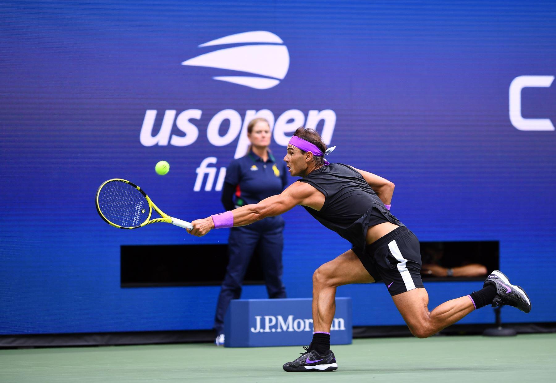 Rafael Nadal, de España, regresa a Daniil Medvedev de Rusia durante su partido de la final individual masculina en el US Open 2019 en el USTA Billie Jean King National Tennis Center en Nueva York. Foto: AFP