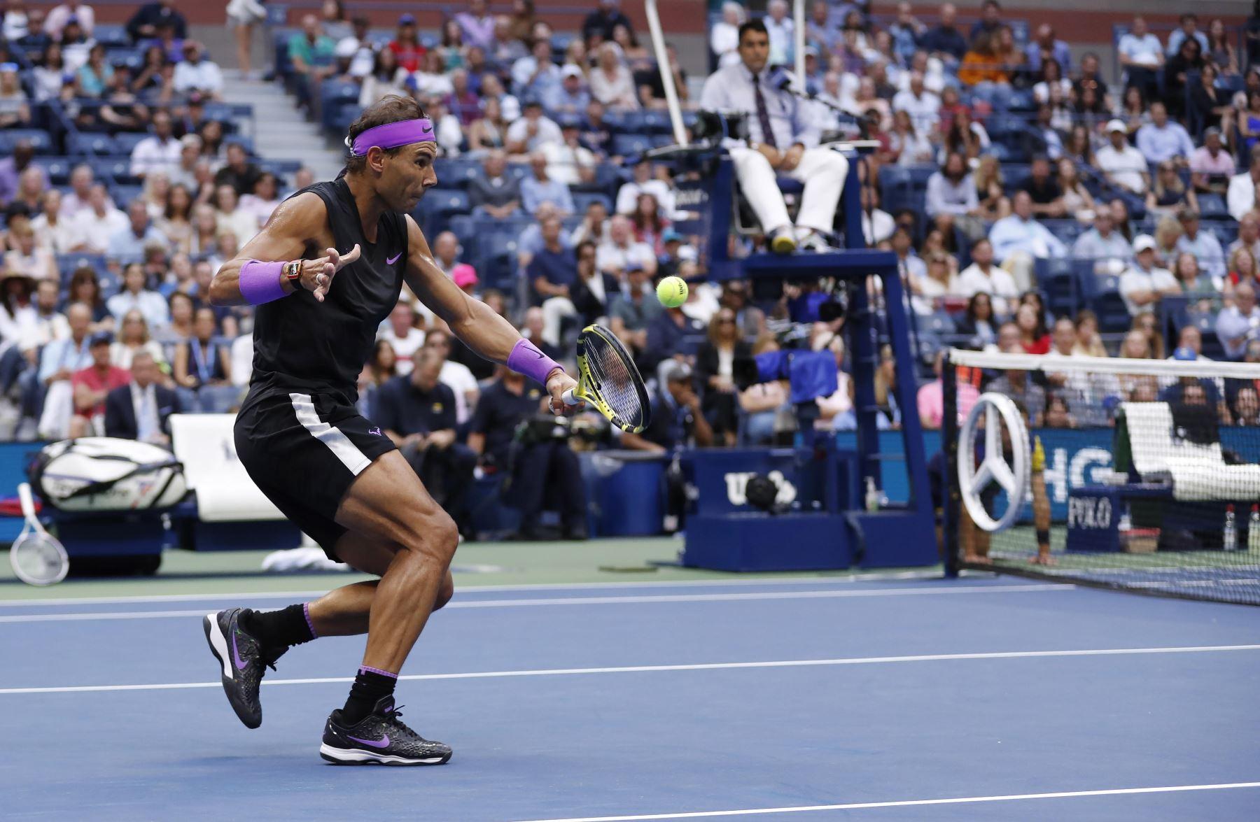 Rafael Nadal, de España, regresa a Daniil Medvedev de Rusia durante el partido final masculino en el decimocuarto día del Campeonato de Tenis Abierto de EE. UU.  Foto: EFE