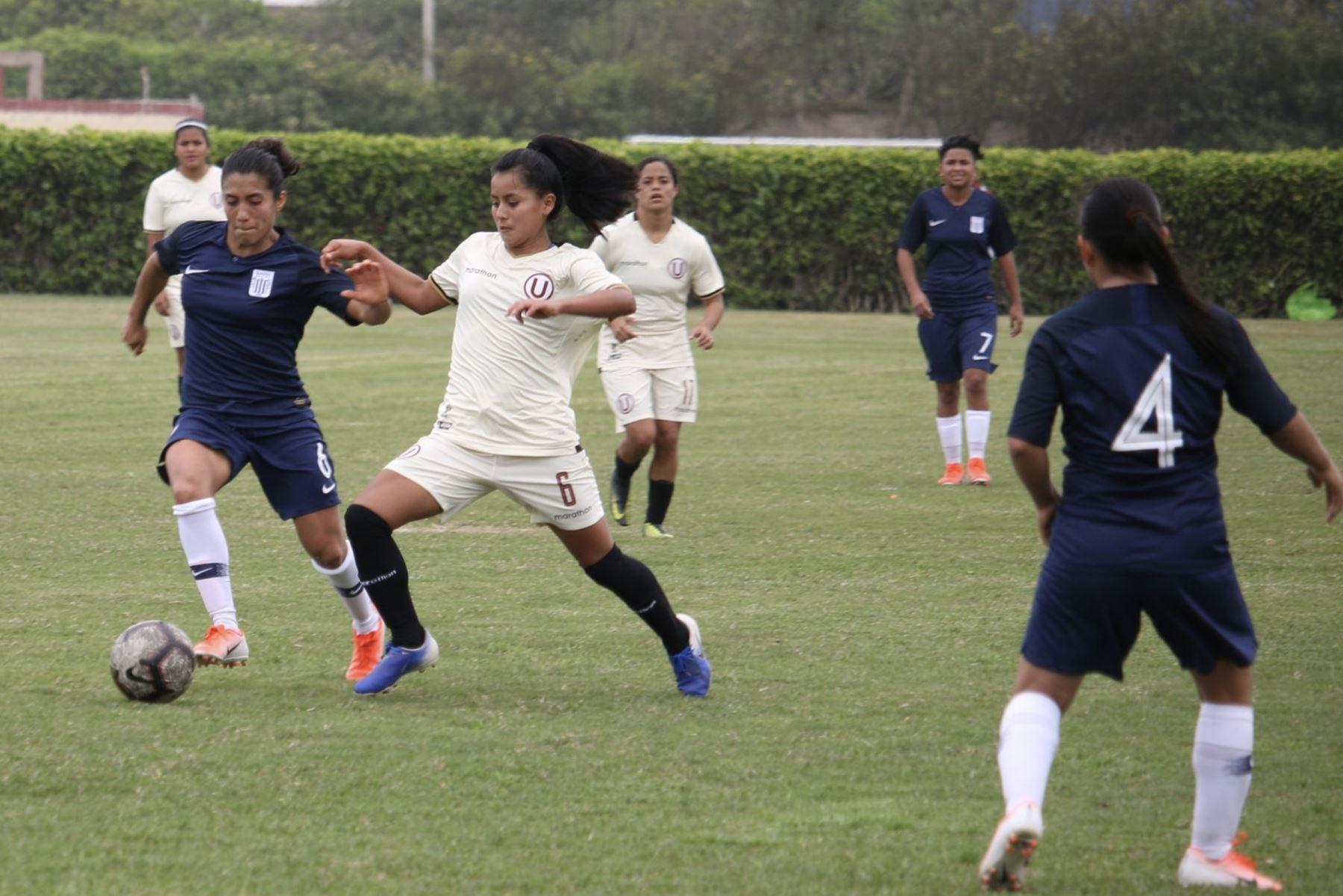 Universitario  derrotó 1 a 0 a Alianza Lima en el clásico del futbol femenino  en Campo Mar. Foto: ANDINA/Difusión