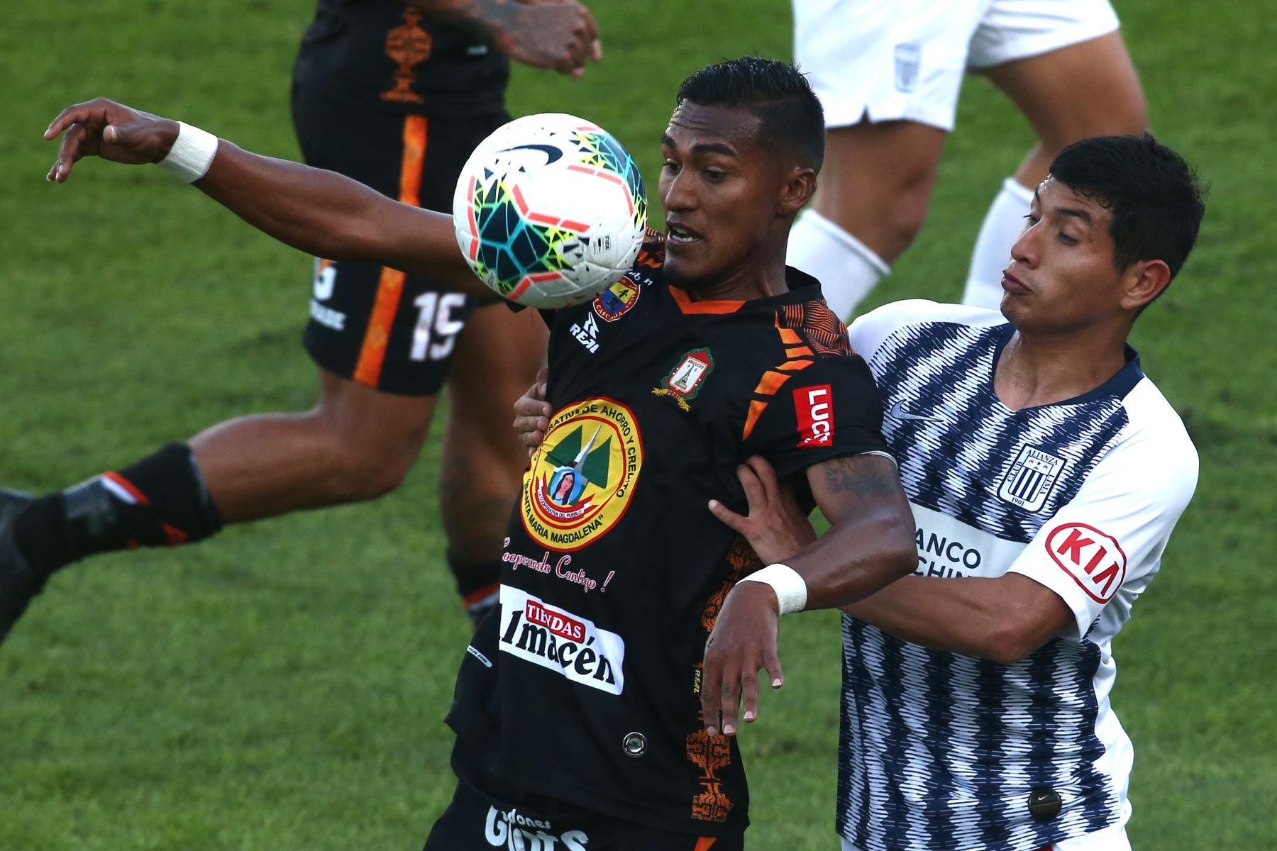 Adrián Balboa de Alianza Lima, Ever chávez de Ayacucho FC por la sexta jornada del Torneo Clausura de la Liga 1. Foto: ANDINA/Vidal Tarqui