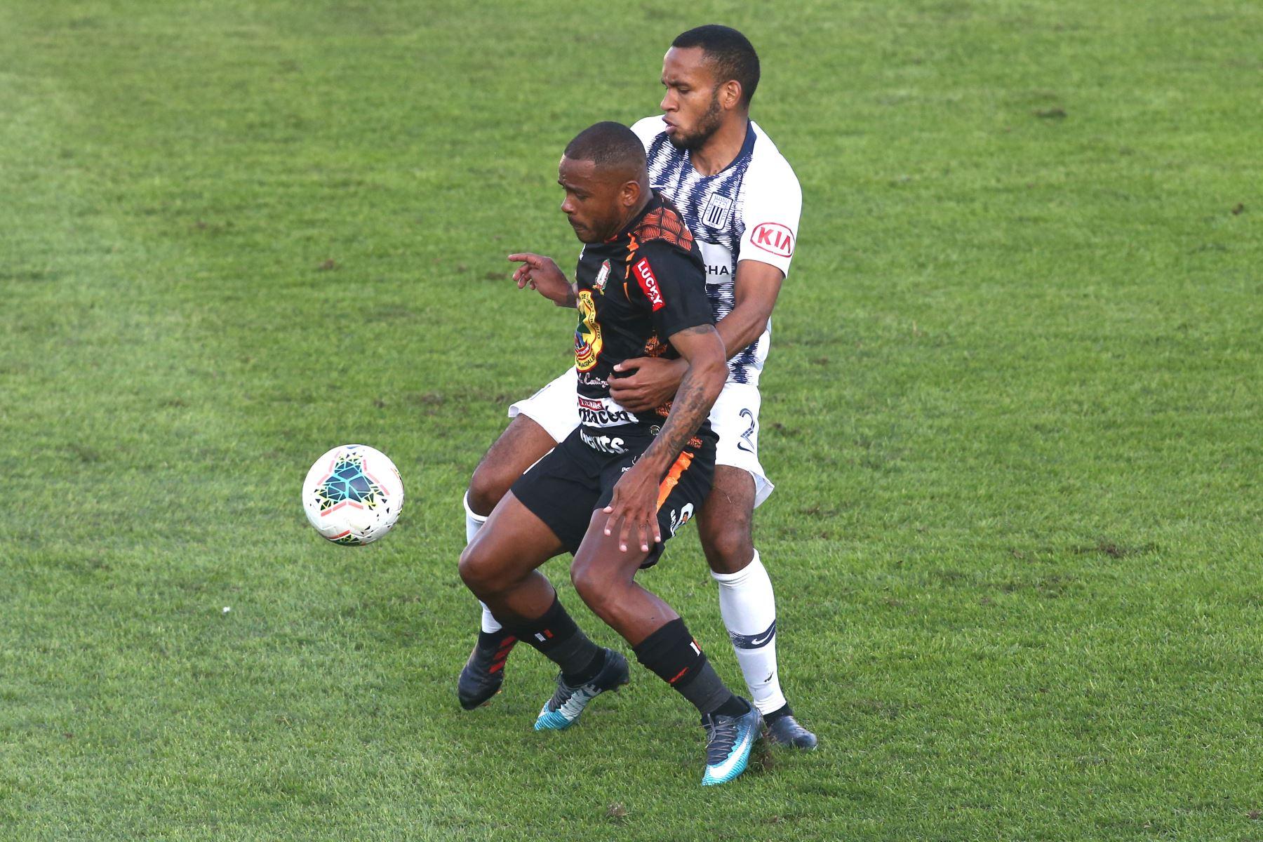 Hector Salazar de Alianza Lima, Wilmer Aguirre de Ayacucho   por la sexta jornada del Torneo Clausura de la Liga 1. Foto: ANDINA/Vidal Tarqui