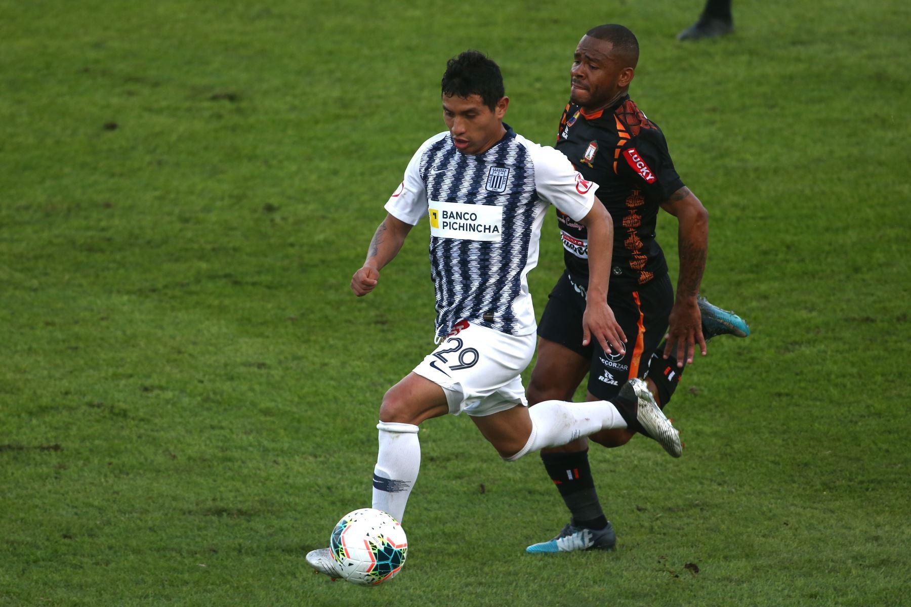 Dylan Caro de Alianza Lima, Wimer Aguirre de Ayacucho FC por la sexta jornada del Torneo Clausura de la Liga 1. Foto: ANDINA/Vidal Tarqui