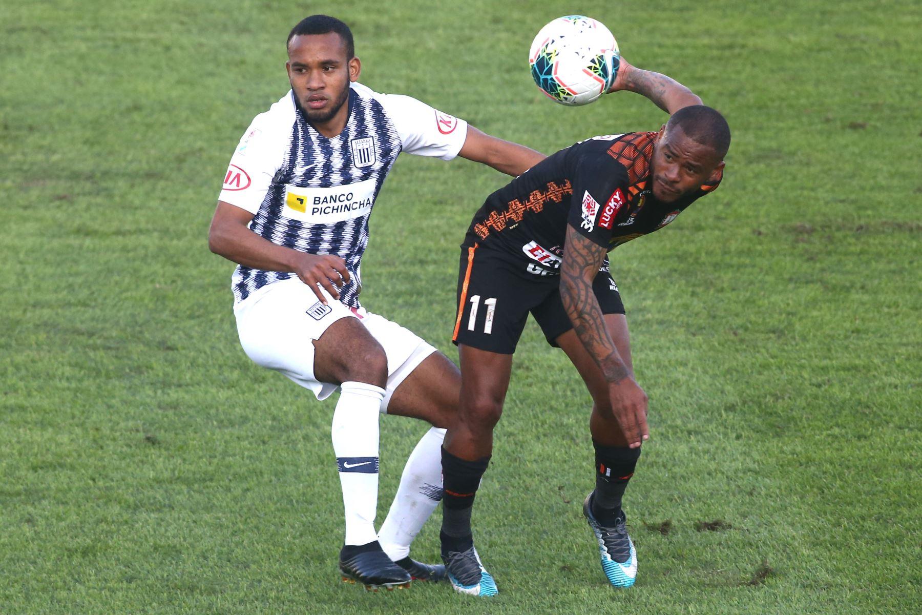 Wilmer Aguirre de Ayacucho, hector Salazar de Alianza Lima  por la sexta jornada del Torneo Clausura de la Liga 1. Foto: ANDINA/Vidal Tarqui