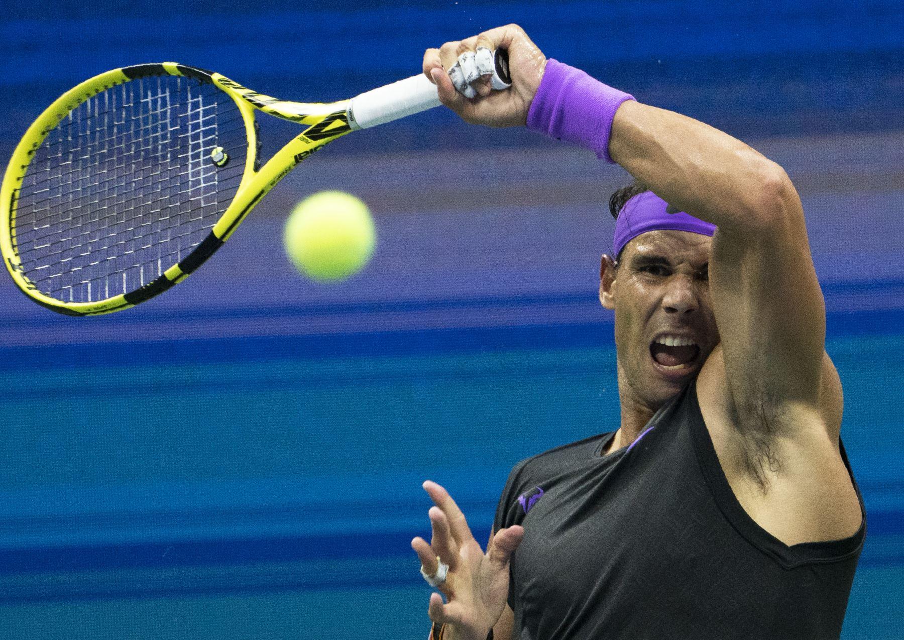 Rafael Nadal, de España, regresa a Daniil Medvedev de Rusia durante el partido de la final masculina de individuales en el US Open 2019. Foto: AFP