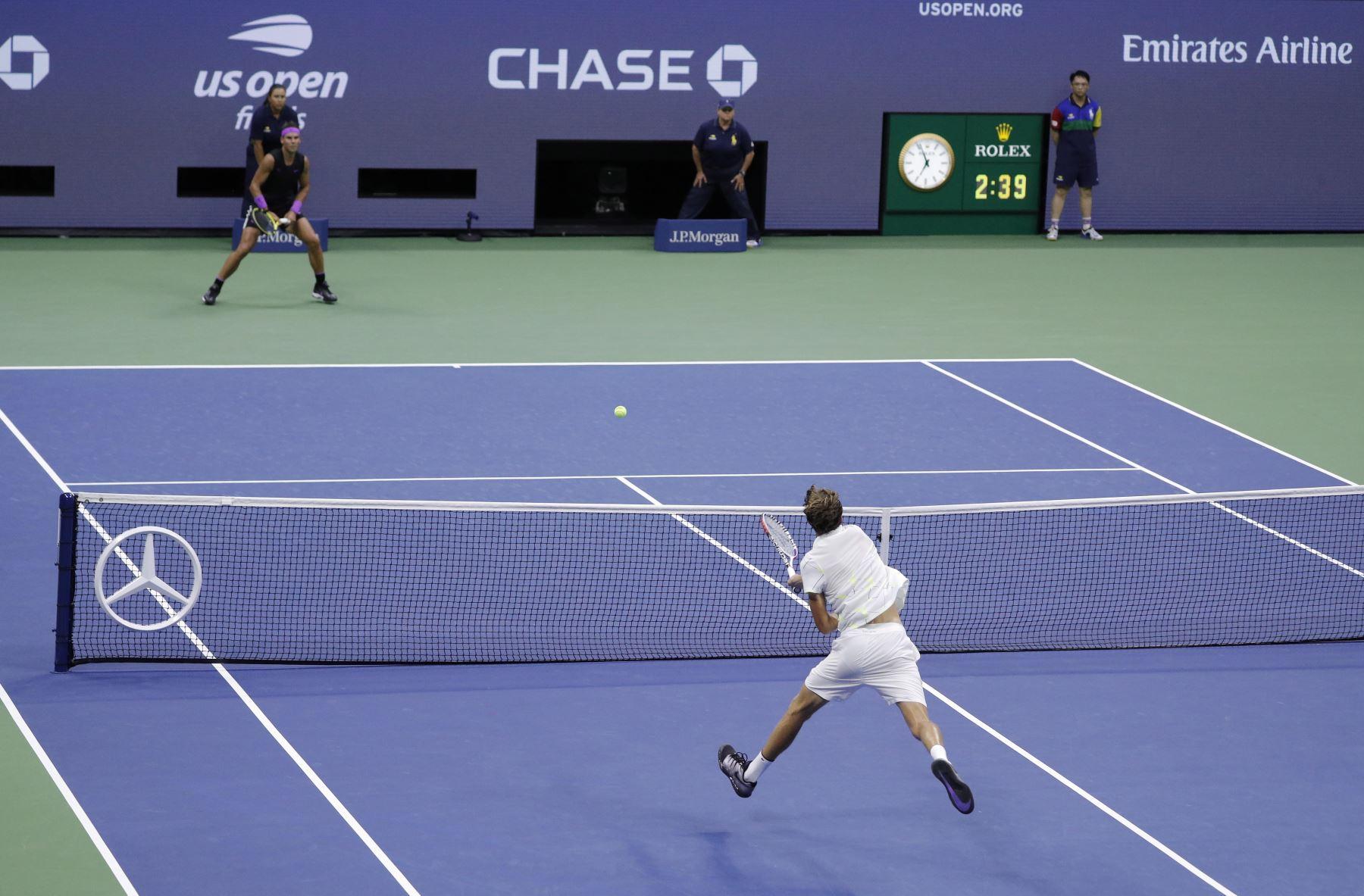 Daniil Medvedev de Rusia (R) regresa a Rafael Nadal de España durante el partido final masculino en el decimocuarto día del Campeonato Abierto de Tenis de EE. UU.  Foto: EFE