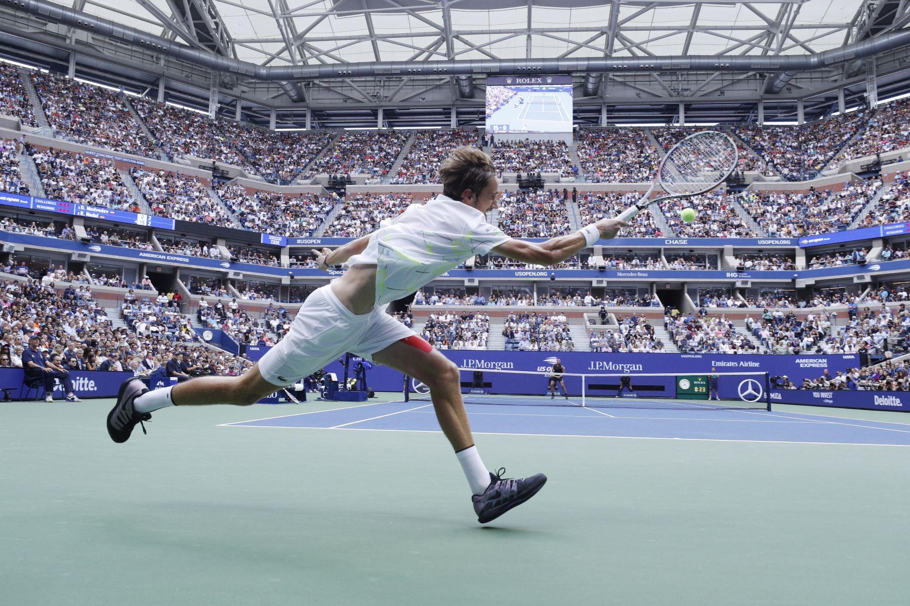 Daniil Medvedev, de Rusia, regresa a Rafael Nadal de España durante el partido final masculino en el decimocuarto día del Campeonato de Tenis Abierto de EE. UU. Foto: EFE