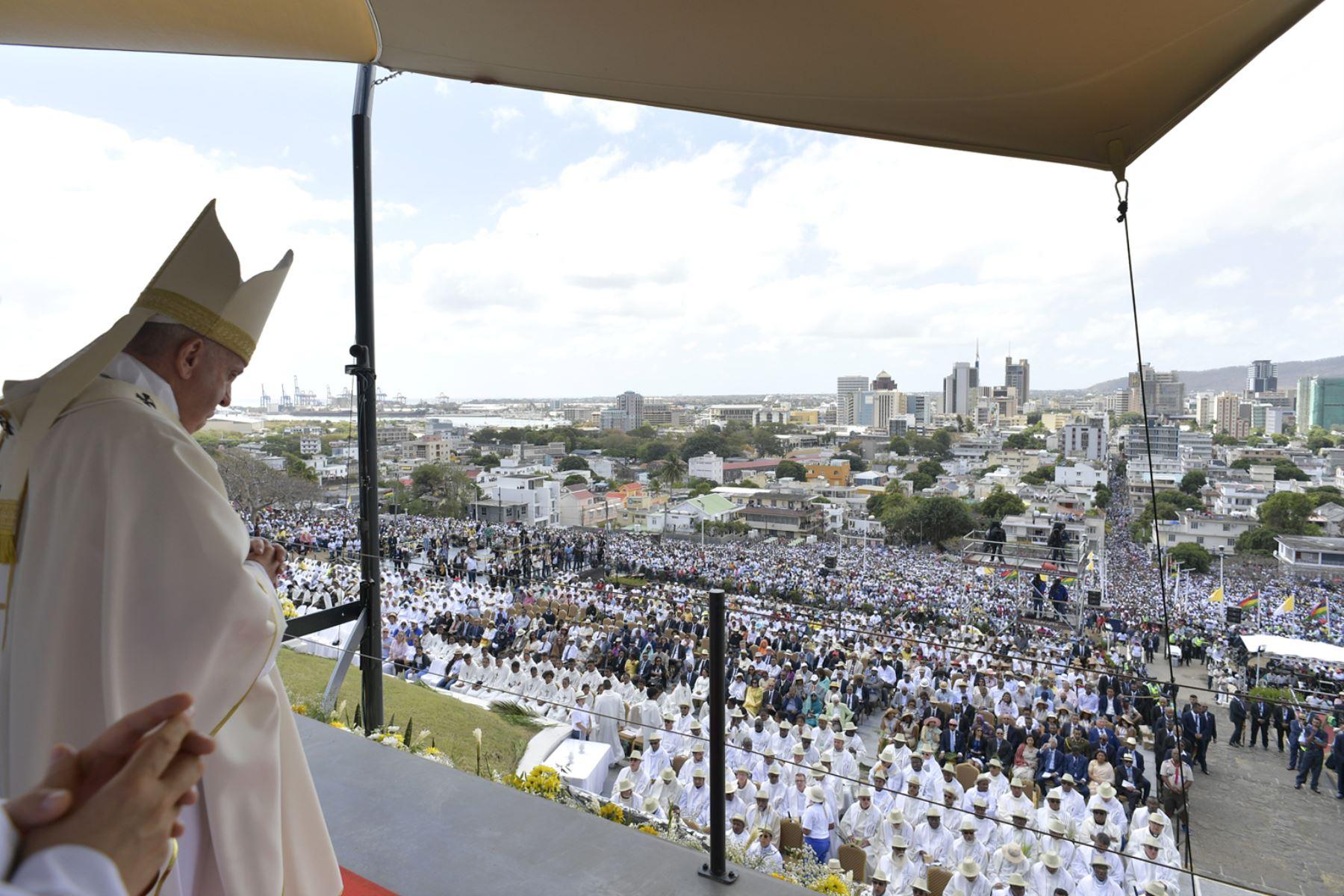Papa Francisco dirige una misa en el Monumento a María Reina de la Paz, Port Louis en Mauricio. Foto: AFP