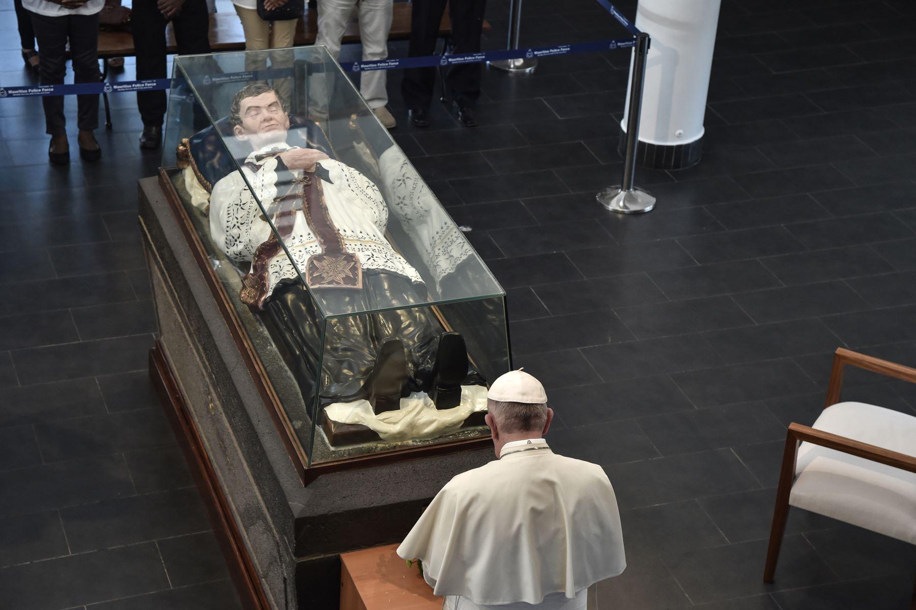 Papa Francisco reza mientras visita el mausoleo de Jacques-Desire Laval en Port Louis, en su última parada de una gira por Africa. Foto: AFP