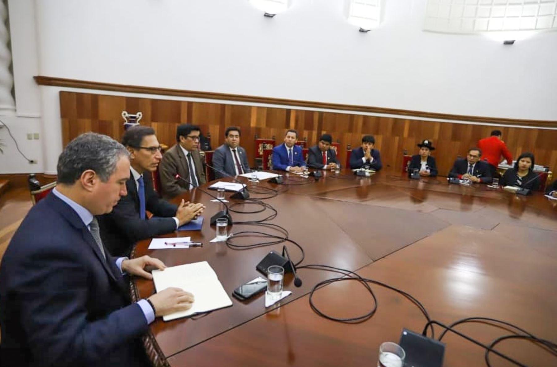 El presidente Martin Vizcarra, recibe a las bancadas del Congreso para dialogar sobre el proyecto de adelanto de elecciones. Foto: ANDINA/Prensa Presidencia