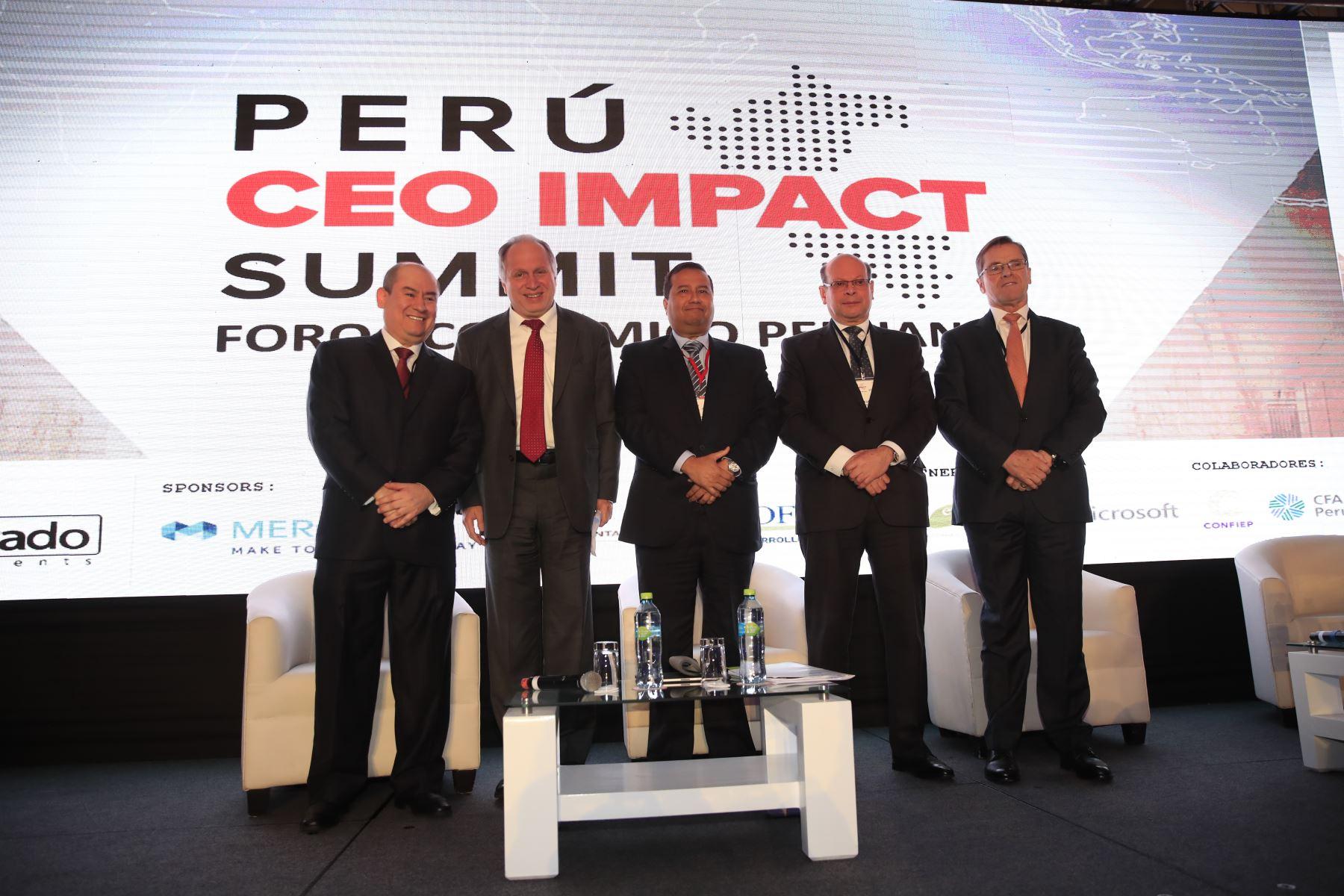 De izquierda a derecha: Melvin Escudero, presidente de El Dorado Investmenst y CFA Society Perú, Moderador Fernando Carvallo, Carlos Linares, presidente de COFIDE y Carlos Neuhaus, presidente de COPAL al termino del foro: Perú CEO Impact Summit        Agencia Andina/Juan Carlos Guzman Negrini
