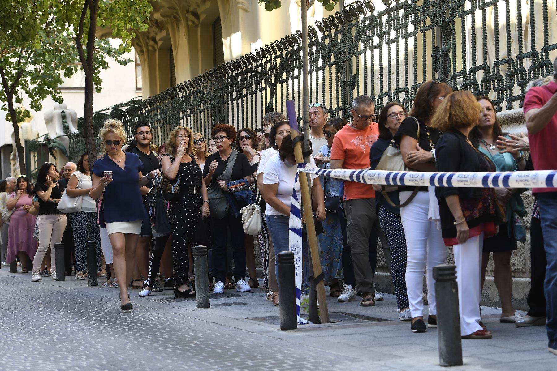 La gente hace cola para visitar la capilla funeraria del cantante español Camilo Sesto en Madrid. Foto: AFP
