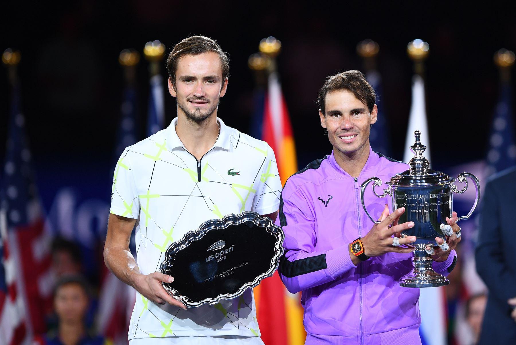 Rafael Nadal de España (R) tiene el trofeo después de su victoria sobre Daniil Medvedev de Rusia (L) durante el partido de la final individual masculina en el US Open 2019 en el USTA Billie Jean King National Tennis Center en Nueva York.Foto.AFP