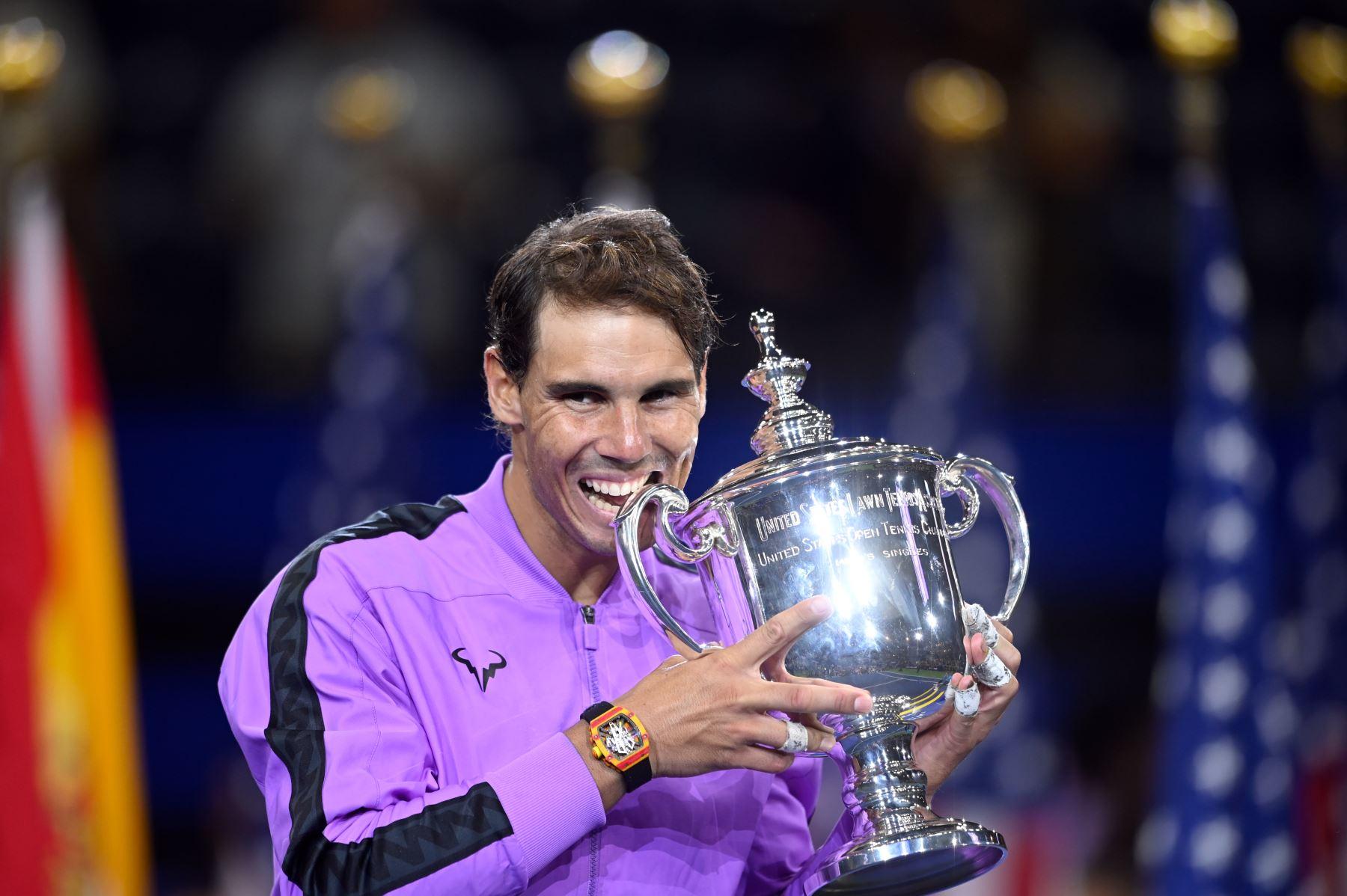 Rafael Nadal de España posee el trofeo después de su victoria sobre Daniil Medvedev de Rusia durante el partido de la final masculina individual en el US Open 2019 en el USTA Billie Jean King National Tennis Center en Nueva York.Foto:AFP
