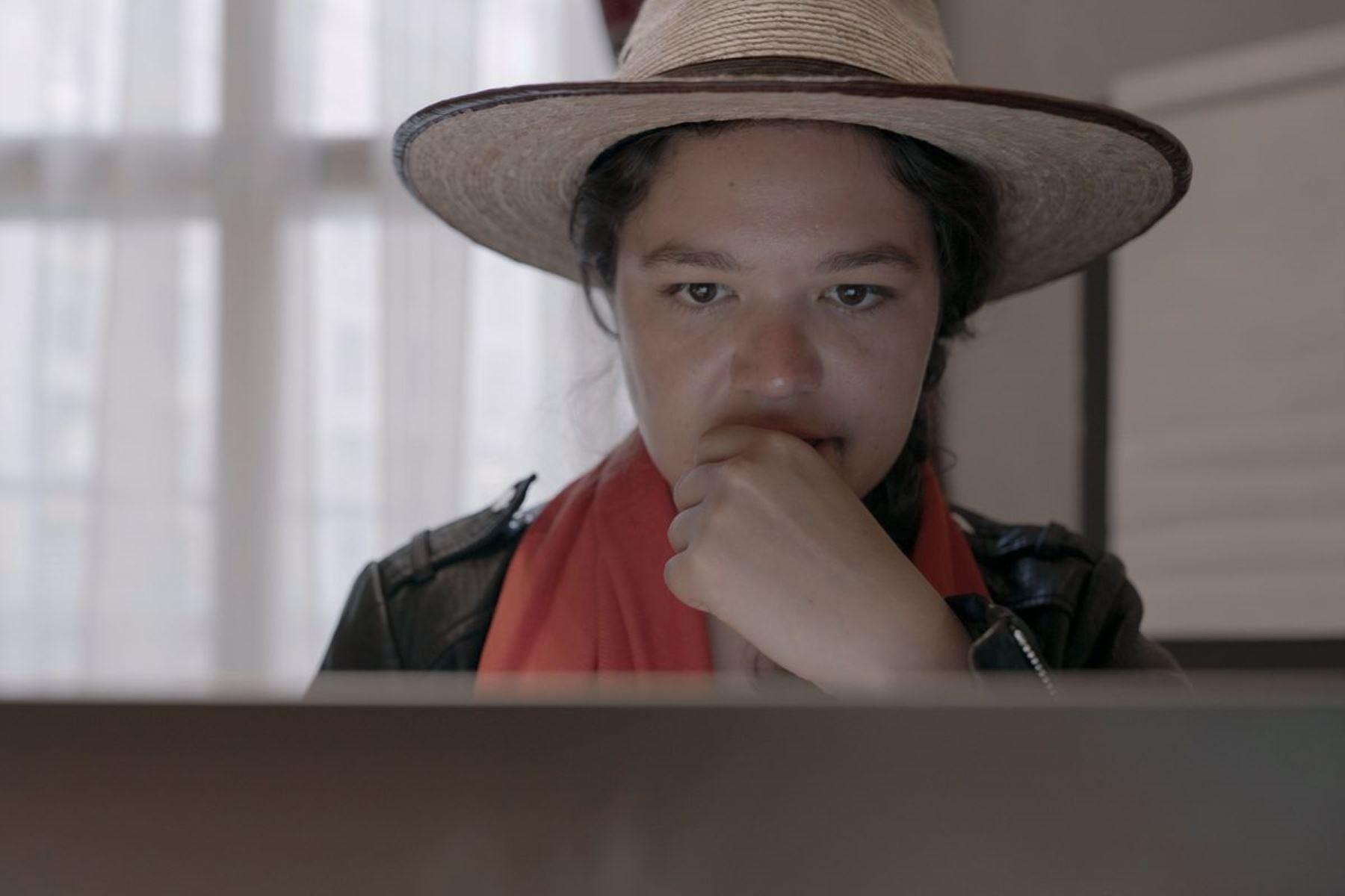 Escena del documental Nada es privado.