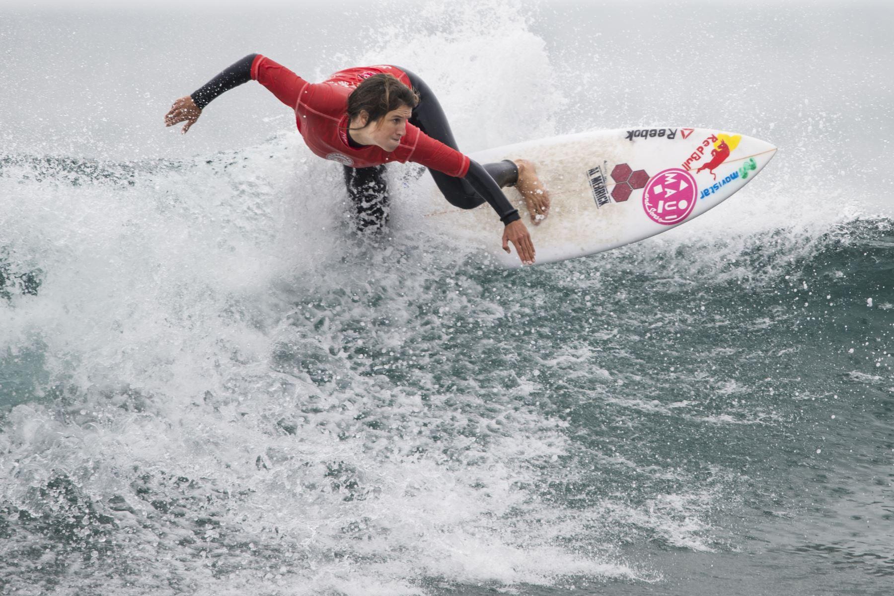 La peruana Sofia Mulanovich compite durante la semifinal de la competencia de surf Maui & Sons Pichilemu Women Pro Chile 2016. Foto: AFP