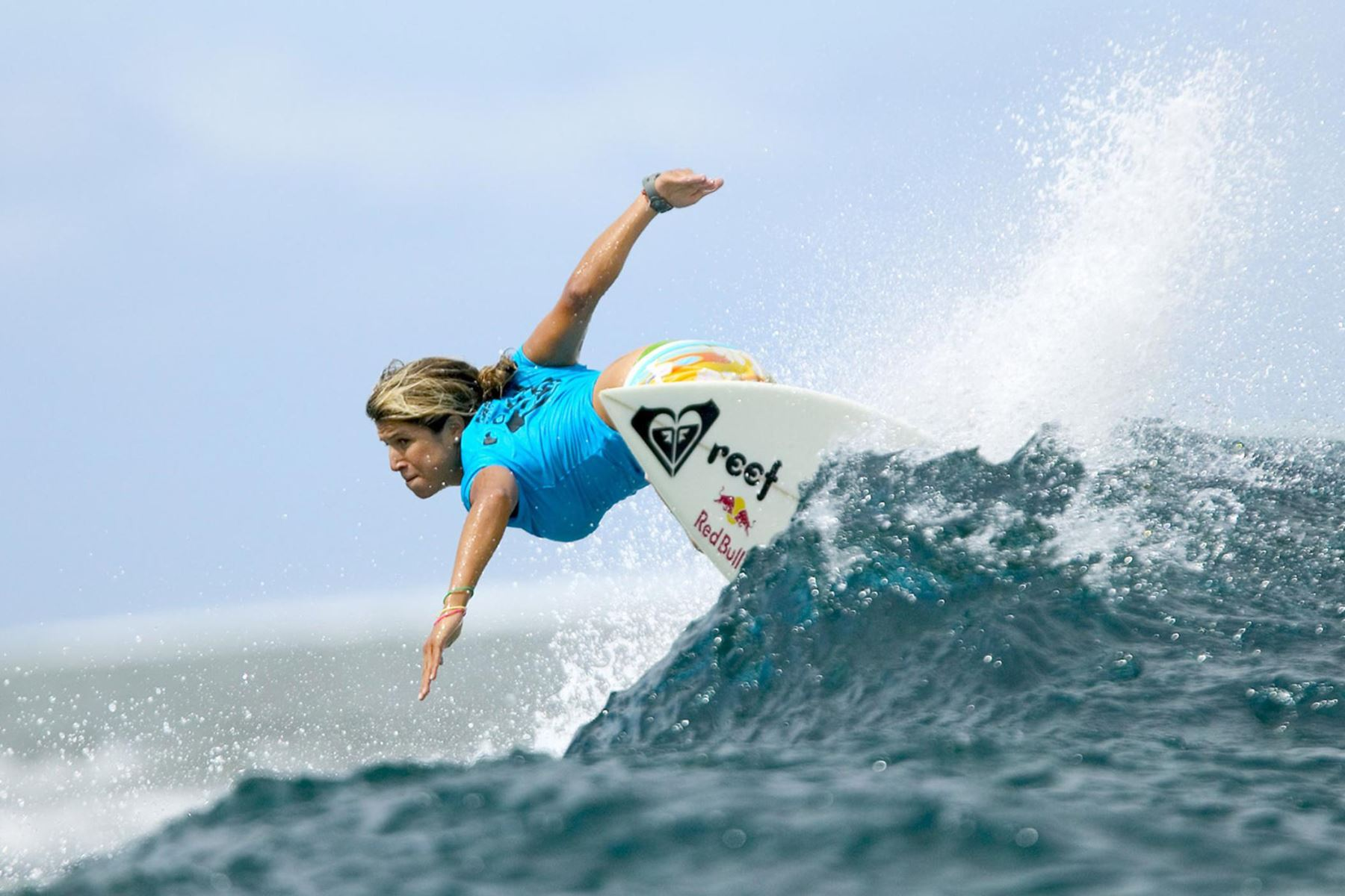 Sofía Mulanovich, de Perú, monta una ola que registra la mayor cantidad de calor general del día para vencer a la ganadora del evento de 2002 Melanie Redman-Carr de Australia en la isla de Tavarua, Fiji, el 20 de abril de 2004. Foto: AFP