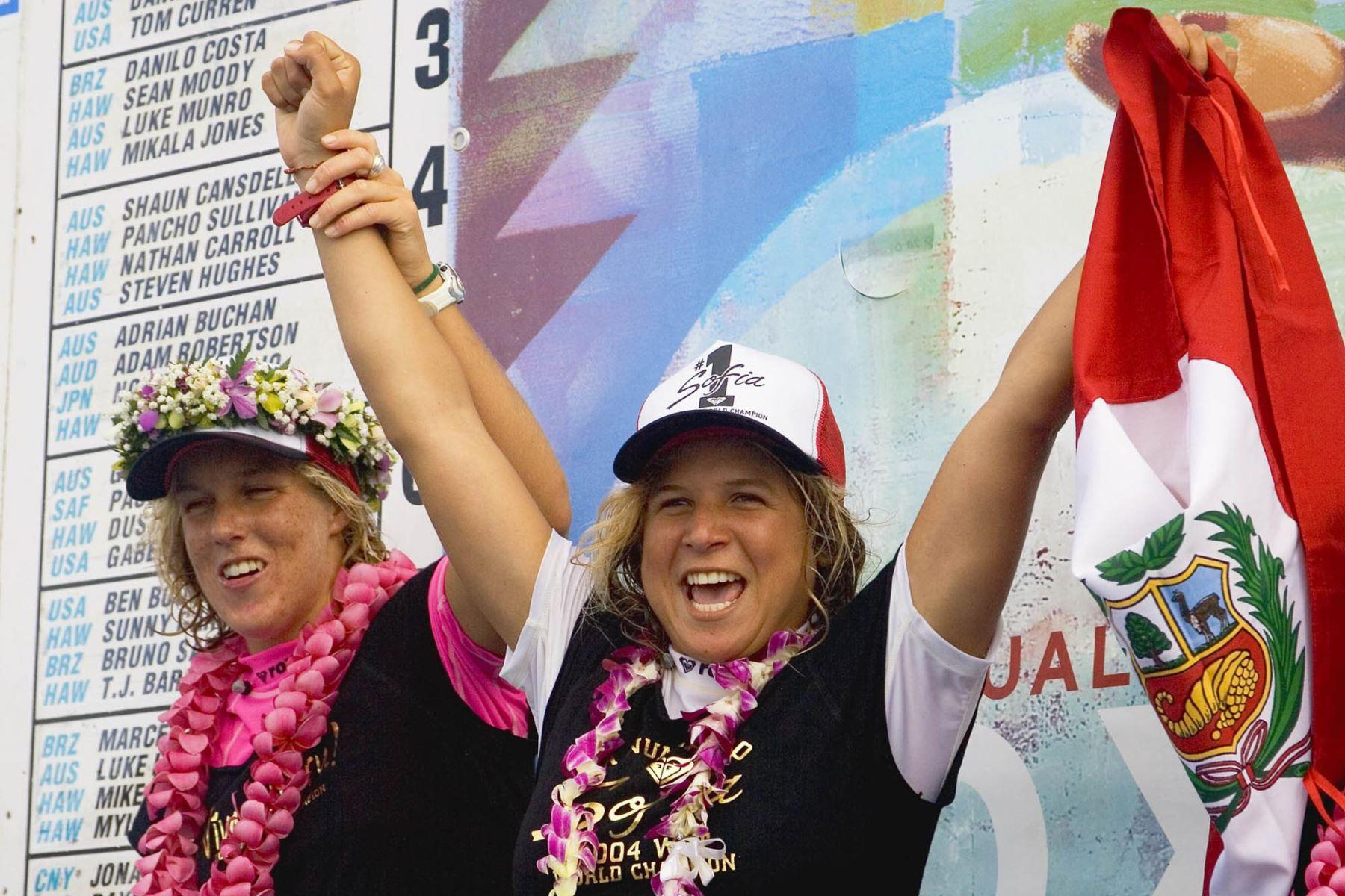 Sofía Mulanovich, celebra su victoria después de reclamar su primer título de campeonato mundial en Haleiwa, Hawai el 20 de noviembre de 2004. Foto: AFP