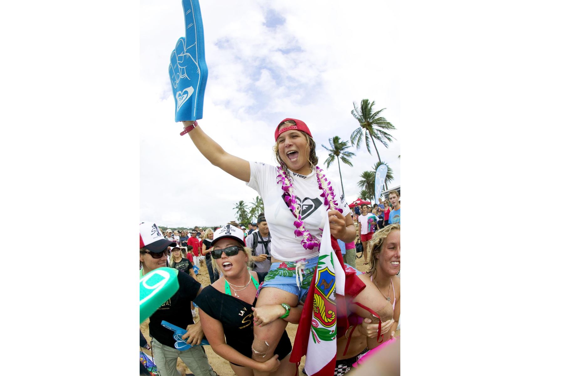 Sofia Mulanovich celebra tras ganar el título inaugural del campeonato mundial del 2004 en el Roxy Pro Haleiwa en Haleiwa, Hawai. Foto: AFP