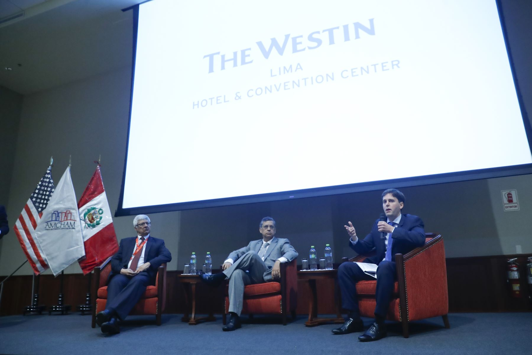 Guillermo Arbe, gerente de Estudios Económicos de Scotiabank; Adrián Armas, gerente de Estudios del BCR; y Alexander Muller, jefe para la región Andina Centroamérica y Caribe de Bank of America Merril Lynch en Foro Económico 2019:
