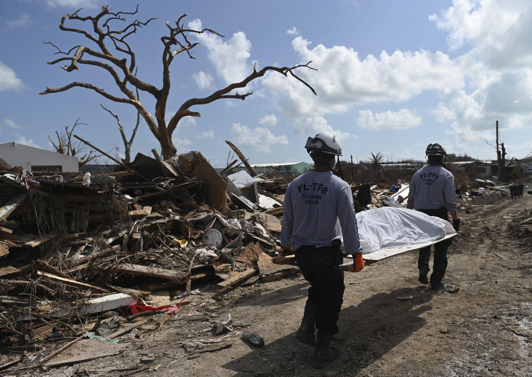 Una búsqueda y rescate con sede en Florida recupera a una víctima del huracán Dorian en Marsh Harbour, Bahamas.Foto:AFP