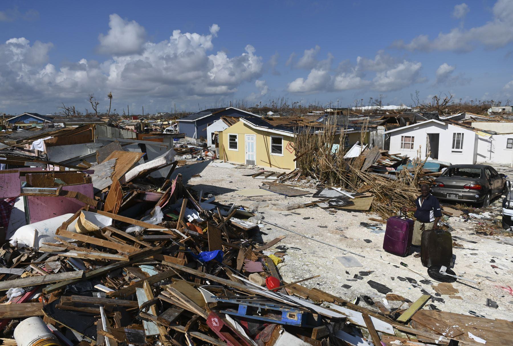Una mujer recoge sus pertenencias antes de ir al puerto para evacuar en Marsh Harbour, Bahamas, una semana después del paso del huracán Dorian.Foto:AFP