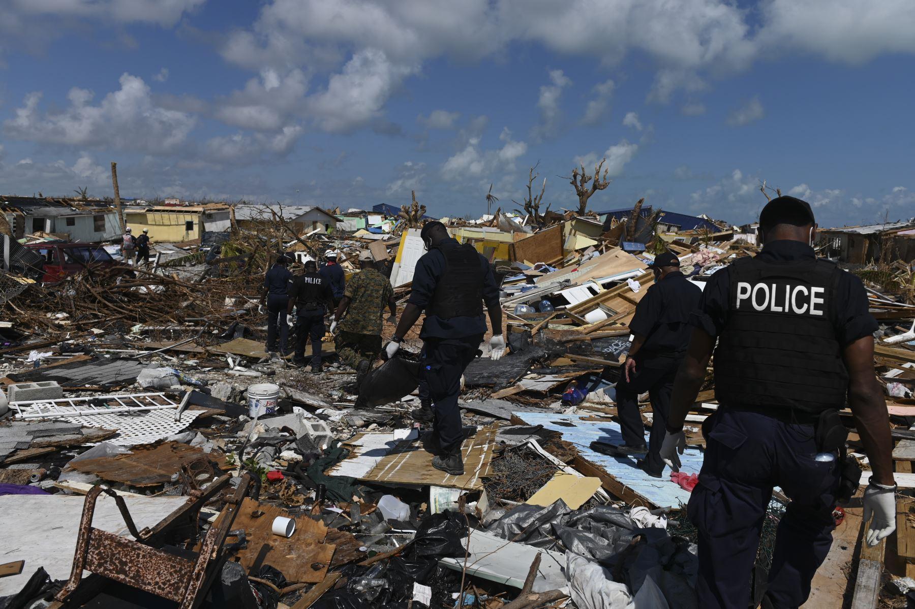 Miembros de la policía se unen a un equipo de recuperación que busca en los escombros en Marsh Harbour, Bahamas, una semana después del paso del huracán Dorian. Foto:AFP