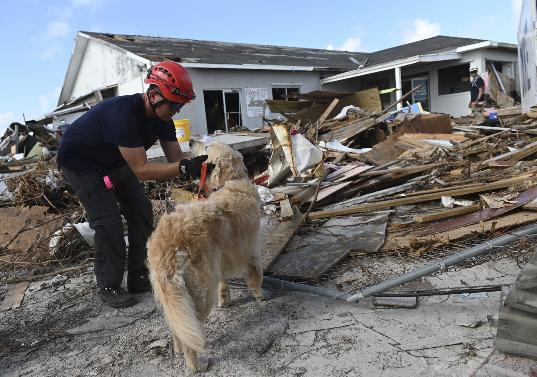 Un equipo canadiense de búsqueda y rescate busca los escombros en Marsh Harbour, Bahamas, una semana después del paso del huracán Dorian. Foto:AFP