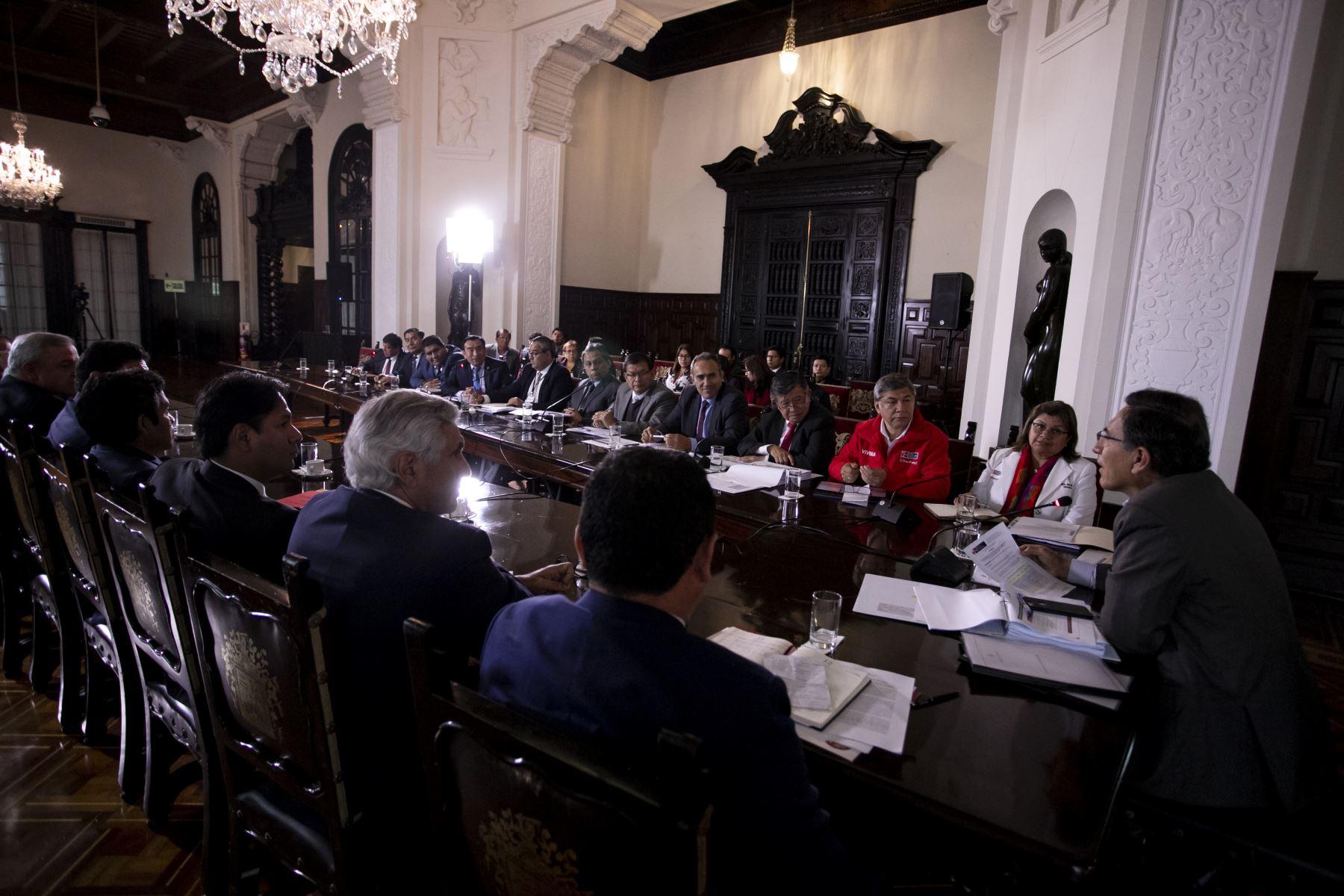 Presidente Martín Vizcarra acompañado por representantes del Ejecutivo, sostiene una reunión con autoridades de Piura para dialogar sobre las distintas prioridades y proyectos de la región.Foto:ANDINA/Prensa Presidencia