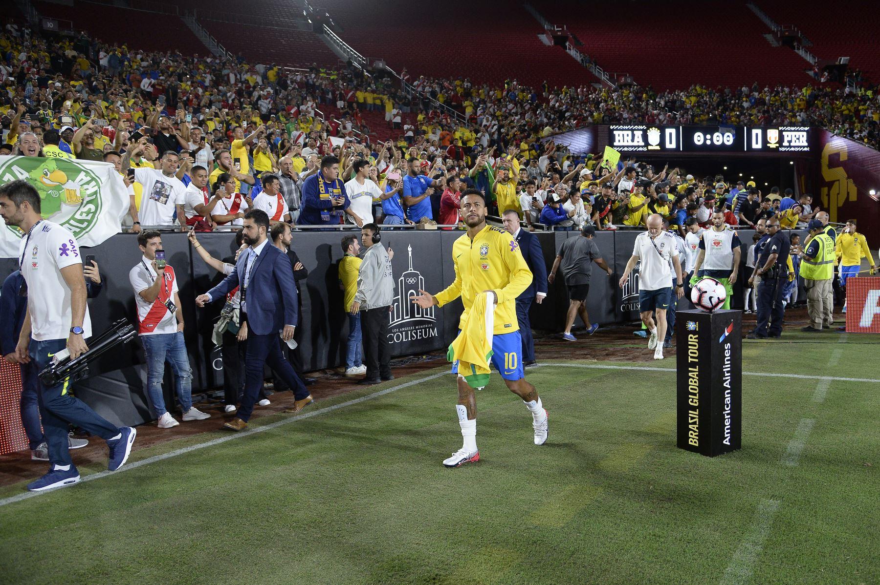 Neymar Jr. de Brasil ingresa al estadio para el partido de la Copa de Campeones Internacional 2019 contra Perú, al Angeles Memorial Stadium en Los Ángeles.Foto.AFP