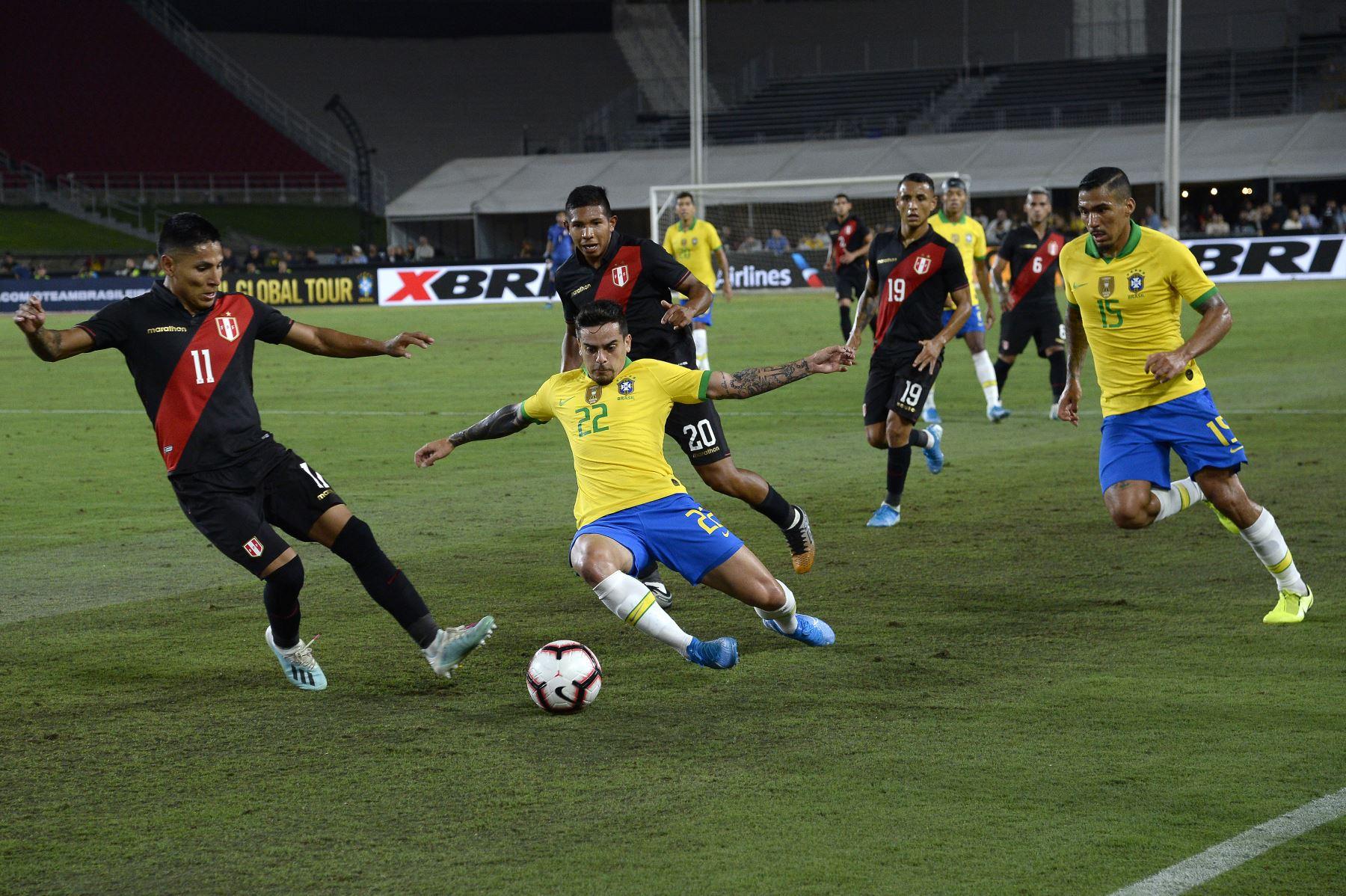 LOS ÁNGELES, CALIFORNIA - 10 DE SEPTIEMBRE: Fagner # 22 de Brasil va por el balón defendido por Ra˙l RuidÌaz # 11 de Perú en el partido de la Copa Internacional de Campeones 2019 el 10 de septiembre de 2019 en el Los Angeles Memorial Stadium en Los Ángeles. AFP