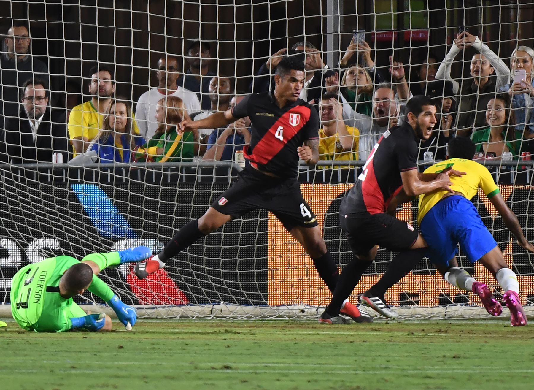Luis Abram de Perú (2nd R) celebra después de anotar contra Brasil durante el partido de fútbol amistoso internacional entre Brasil y Perú en el Los Angeles Memorial Coliseum, en Los Ángeles, California, el 10 de septiembre de 2019. - Perú ganó 1-0 .  AFP