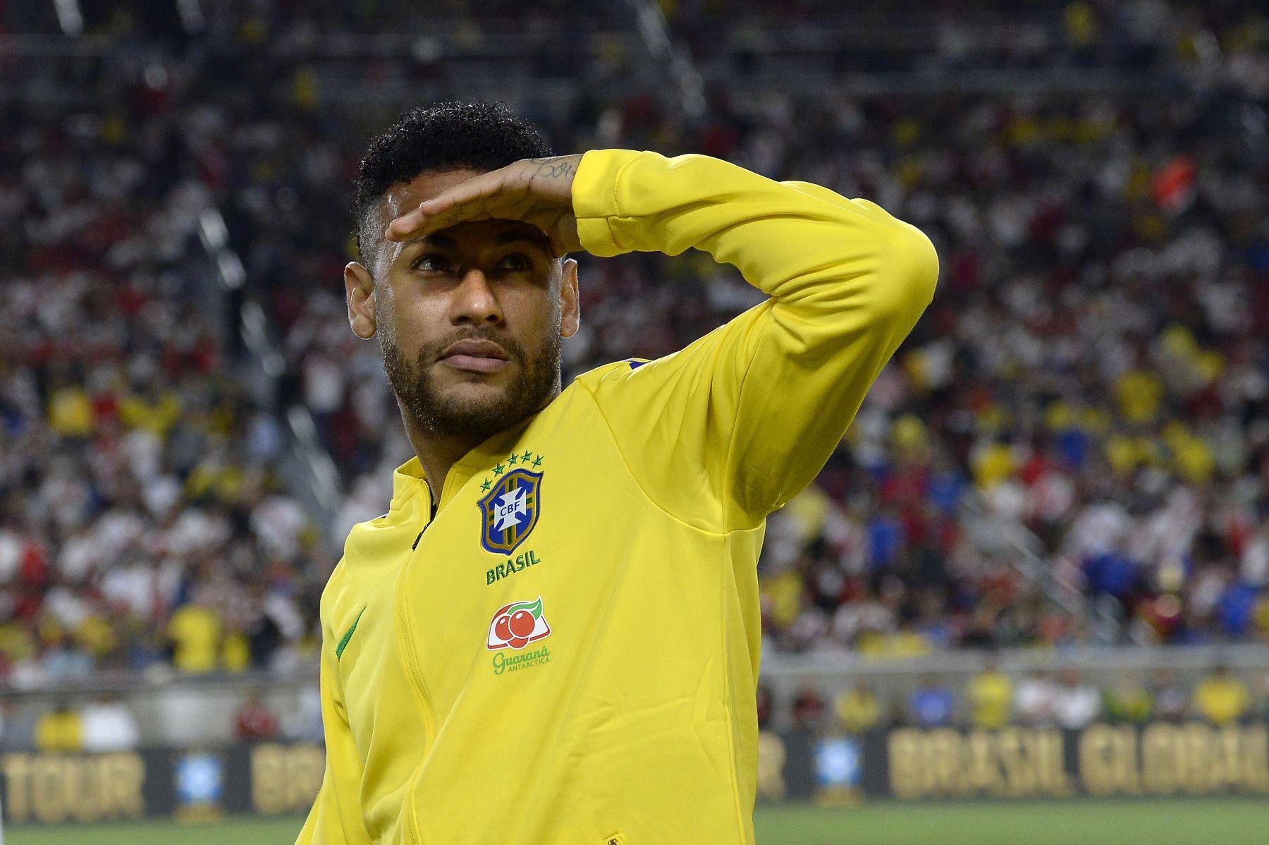LOS ÁNGELES, CALIFORNIA - 10 DE SEPTIEMBRE: Neymar Jr. # 10 de Brasil mira durante el medio tiempo en el partido de la Copa de Campeones Internacional 2019 contra Perú el 10 de septiembre de 2019.AFP