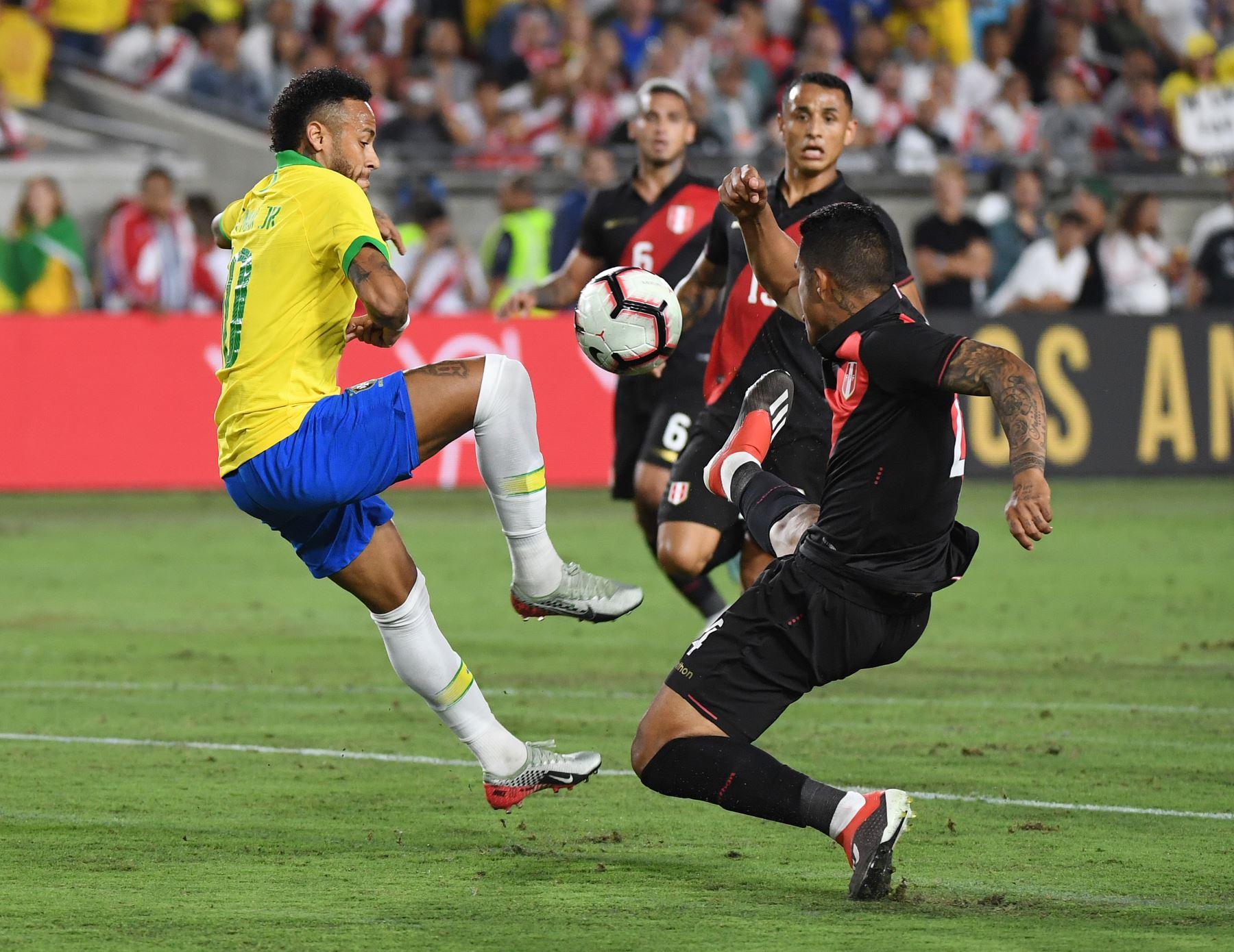 Neymar de Brasil (L) controla el balón durante el partido de fútbol amistoso internacional entre Brasil y Perú en el Los Angeles Memorial Coliseum, en Los Ángeles, California, el 10 de septiembre de 2019. - Perú ganó 1-0. AFP