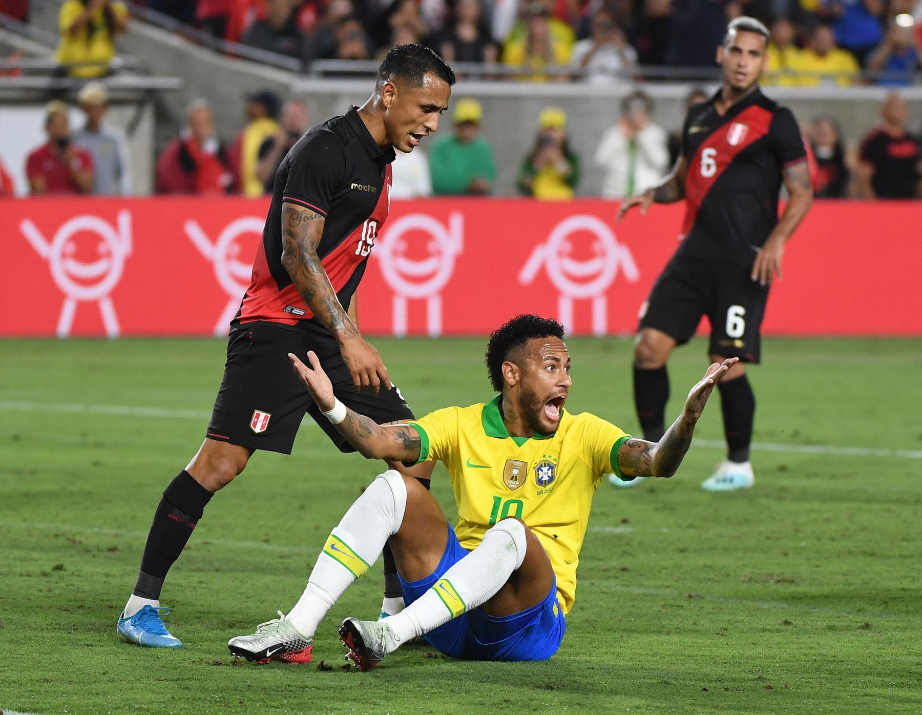 Neymar de Brasil reacciona después de tropezar durante el partido de fútbol amistoso internacional entre Brasil y Perú en el Los Angeles Memorial Coliseum, en Los Ángeles, California, el 10 de septiembre de 2019. - Perú ganó 1-0. AFP