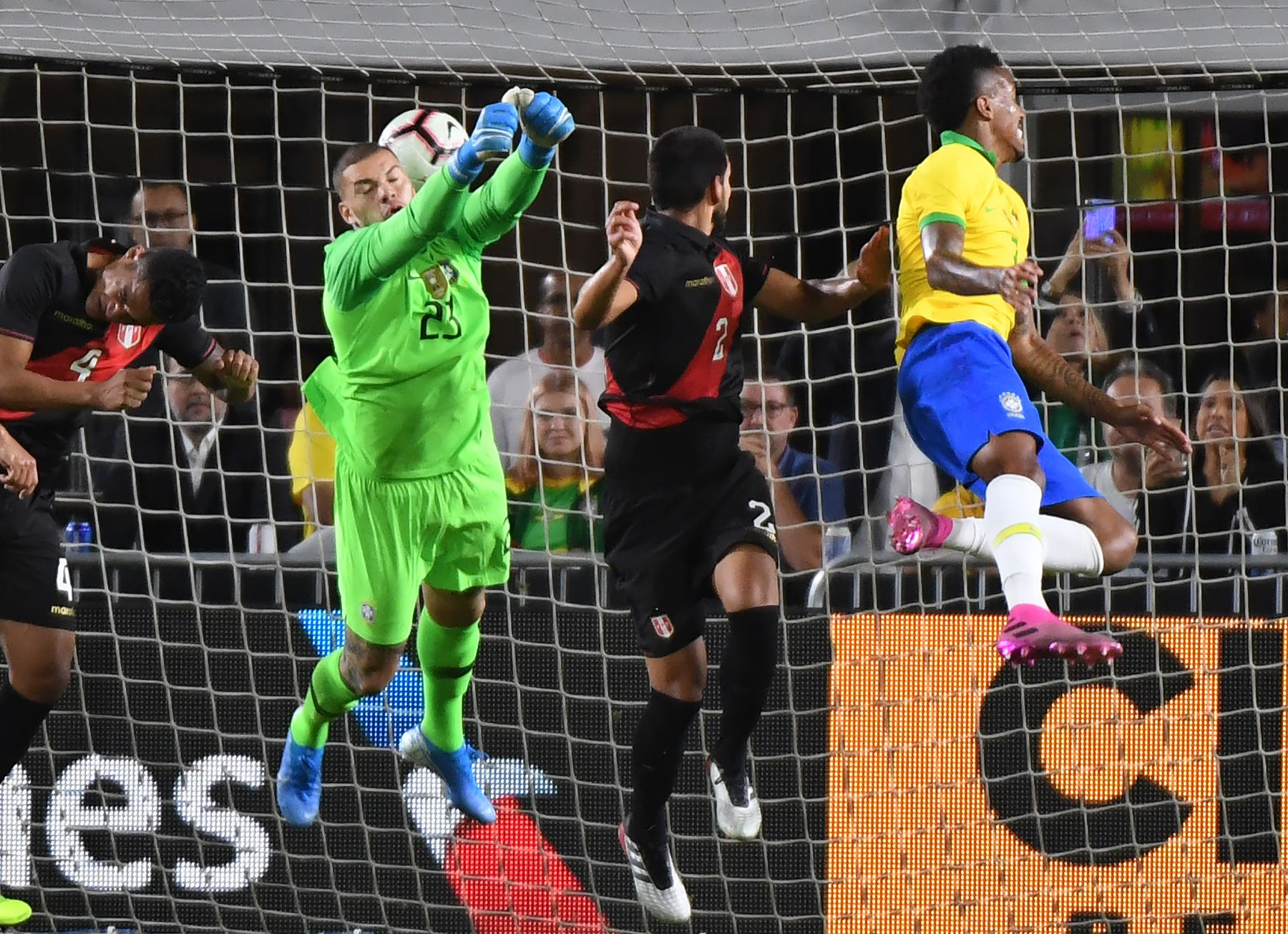 Luis Abram de Perú (C)cabecea el balón para anotar contra Brasil durante el partido de fútbol amistoso internacional entre Brasil y Perú en el Los Angeles Memorial Coliseum, en Los Ángeles, California, el 10 de septiembre de 2019. - Perú ganó 1- 0. AFP