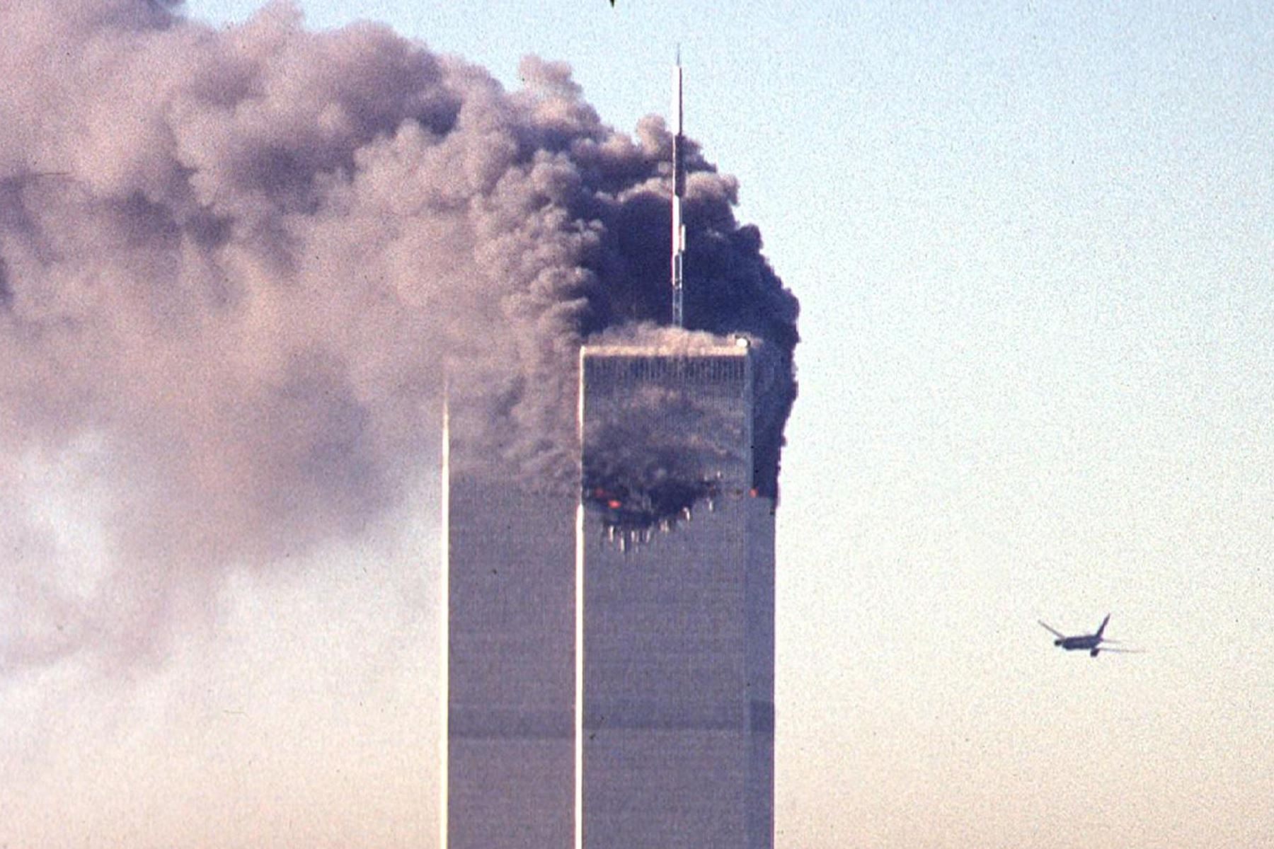 Un avión comercial secuestrado se acerca al World Trade Center poco antes de estrellarse contra el emblemático rascacielos el 11 de septiembre de 2001 en Nueva York. Foto: AFP