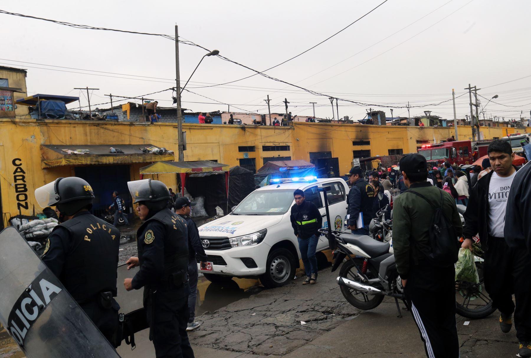 Incendio destruye más de 20 puestos del mercado minorista de La Victoria. Foto: ANDINA/Norman Córdova