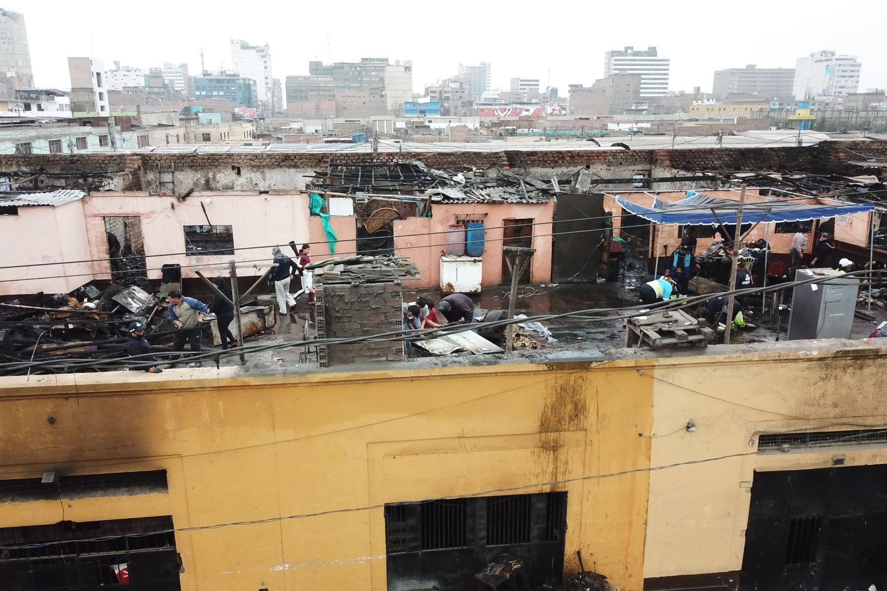 Un incendio registrado esta madrugada destruyó más de 20 puestos del mercado minorista de La Victoria. Foto: ANDINA/Juan Carlos Guzman