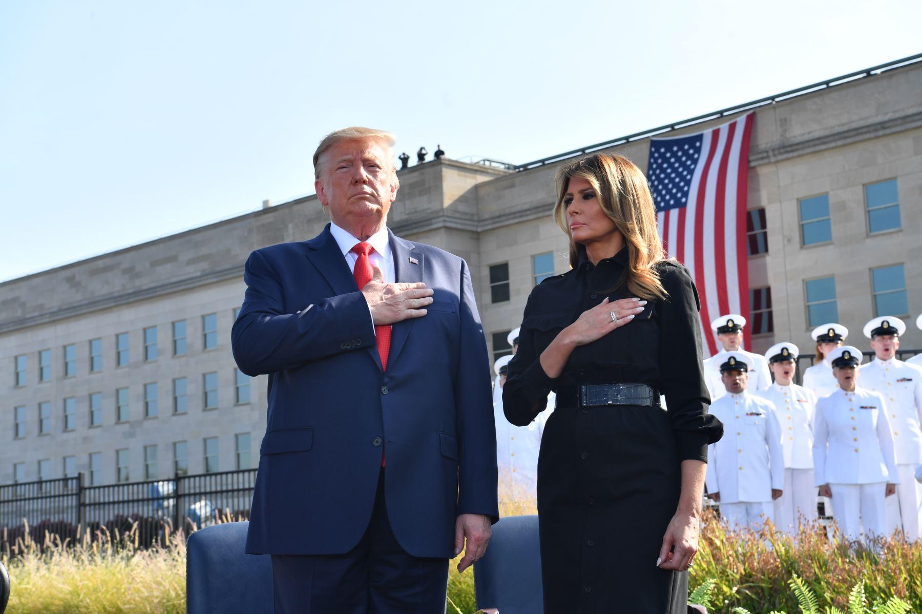 El presidente de los Estados Unidos, Donald Trump, y la primera dama Melania Trump escuchan el himno nacional durante una ceremonia que marca el 18 aniversario de los ataques del 11 de septiembre en el Pentágono en Washington, DC.  Foto: AFP