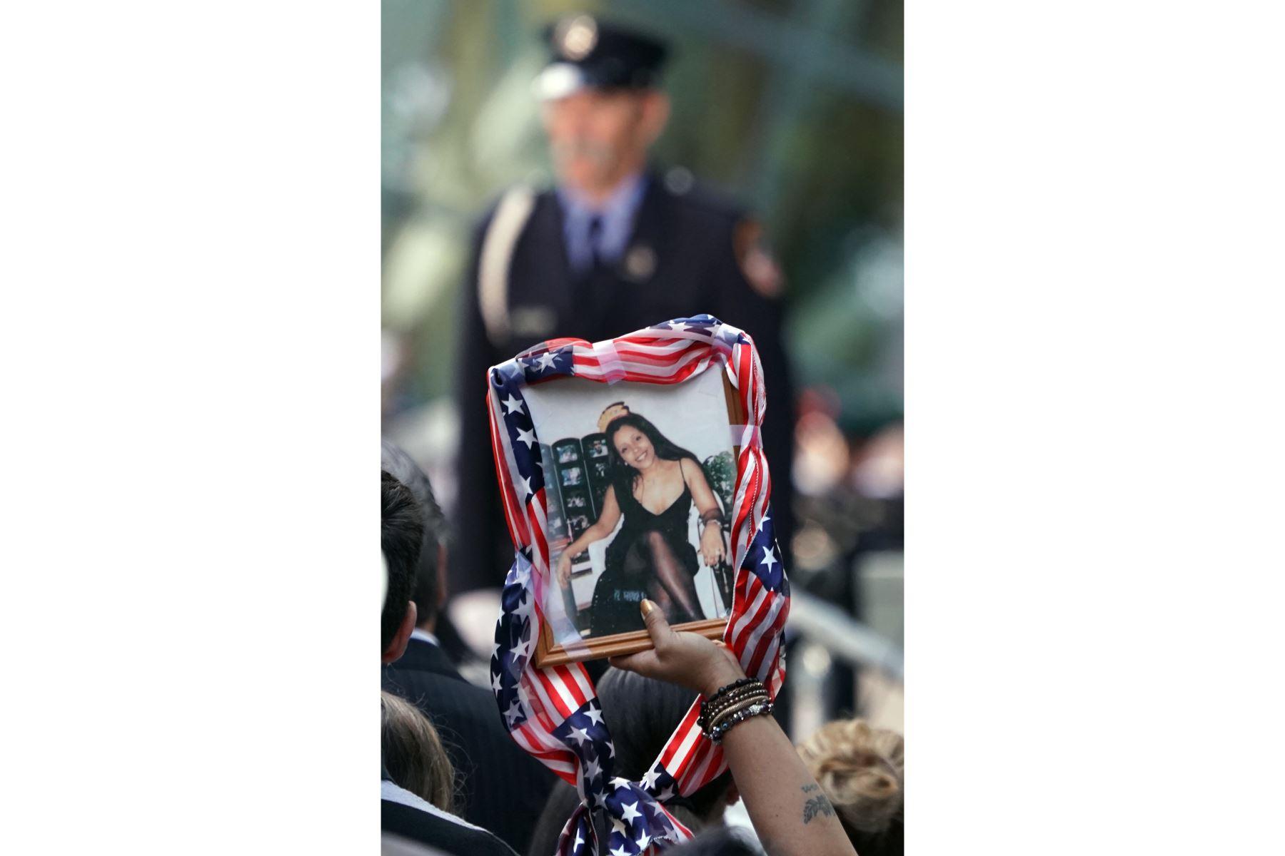 Un familiar sostiene el retrato de una víctima durante la Ceremonia de Conmemoración del 11 de septiembre en el 9/11 Memorial en el World Trade Center en Nueva York. Foto: AFP