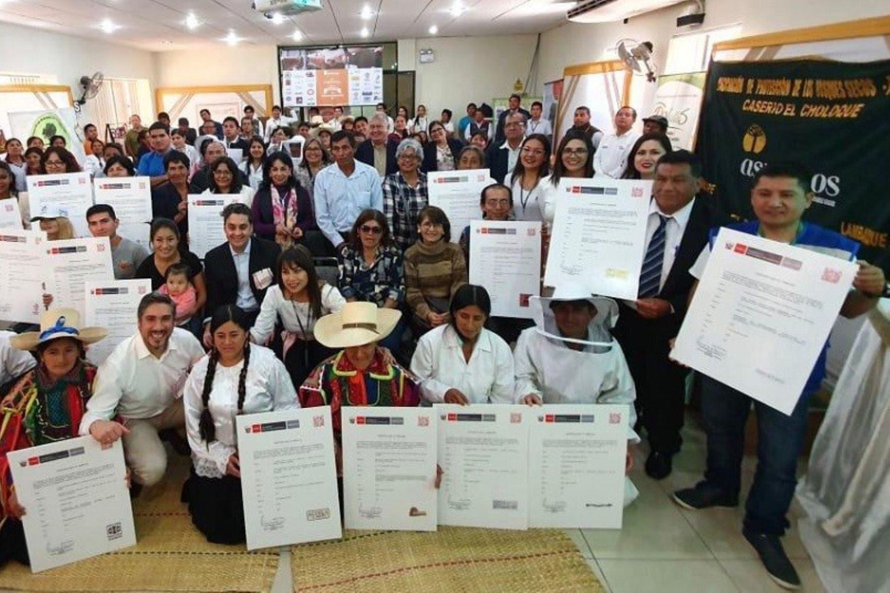 Indecopi entrega registros de marcas colectivas a familias de artesanos y productores de Lambayeque