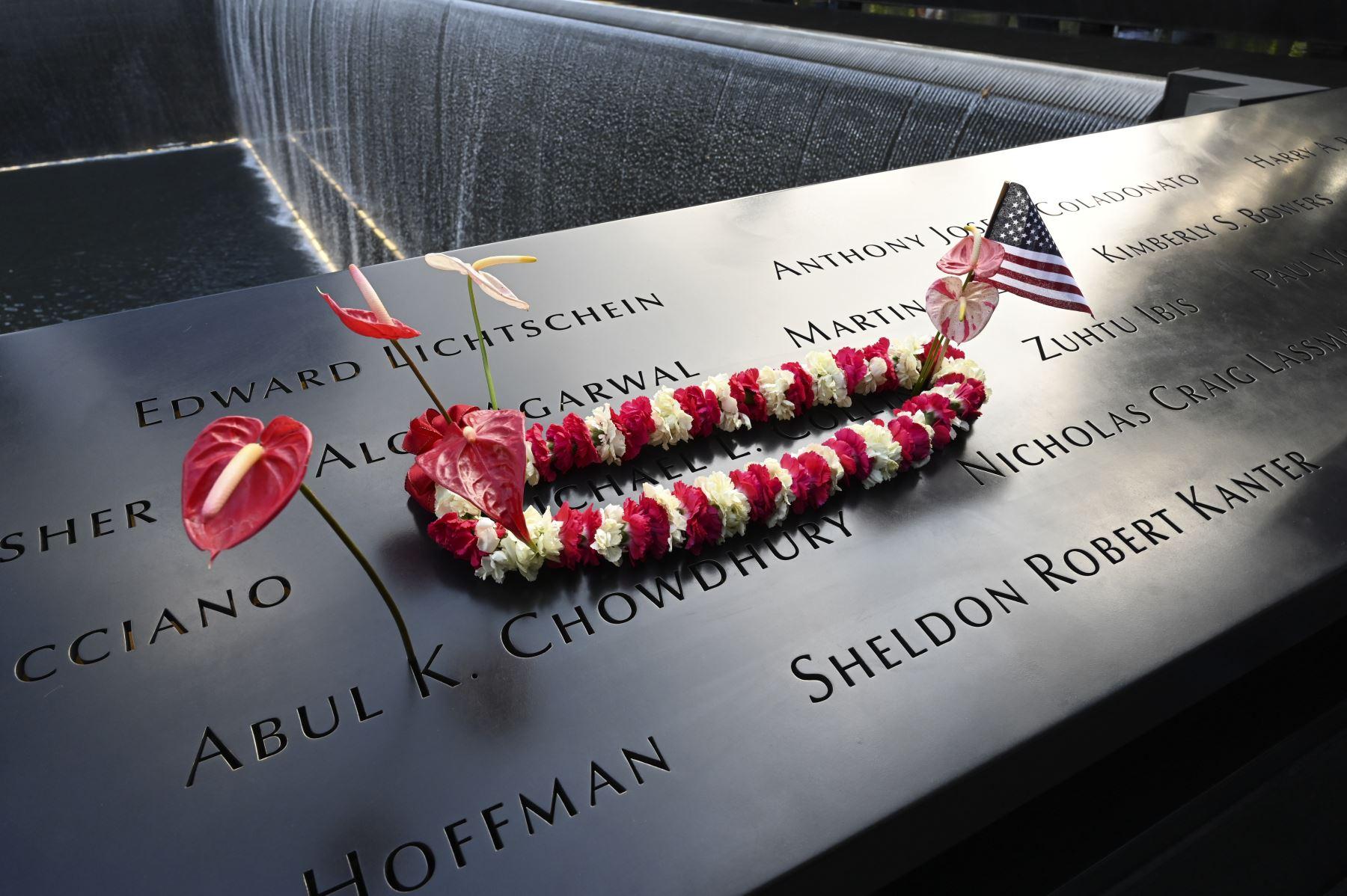 Se coloca un arreglo floral durante la Ceremonia de Conmemoración del 11 de septiembre en el World Trade Center  en Nueva York.  Foto: AFP